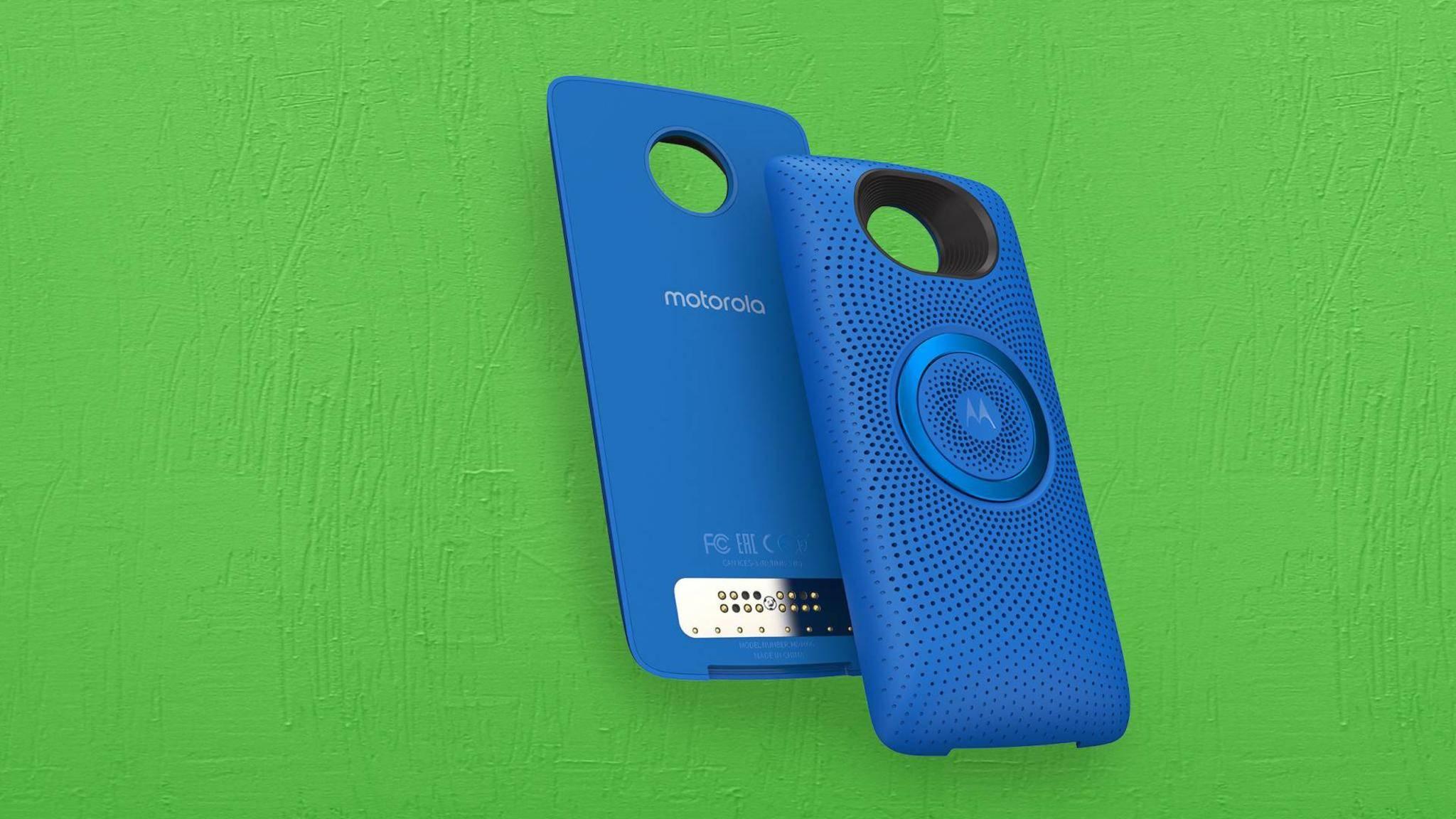Der Moto Stereo Speaker kommt hinten an das Smartphone.