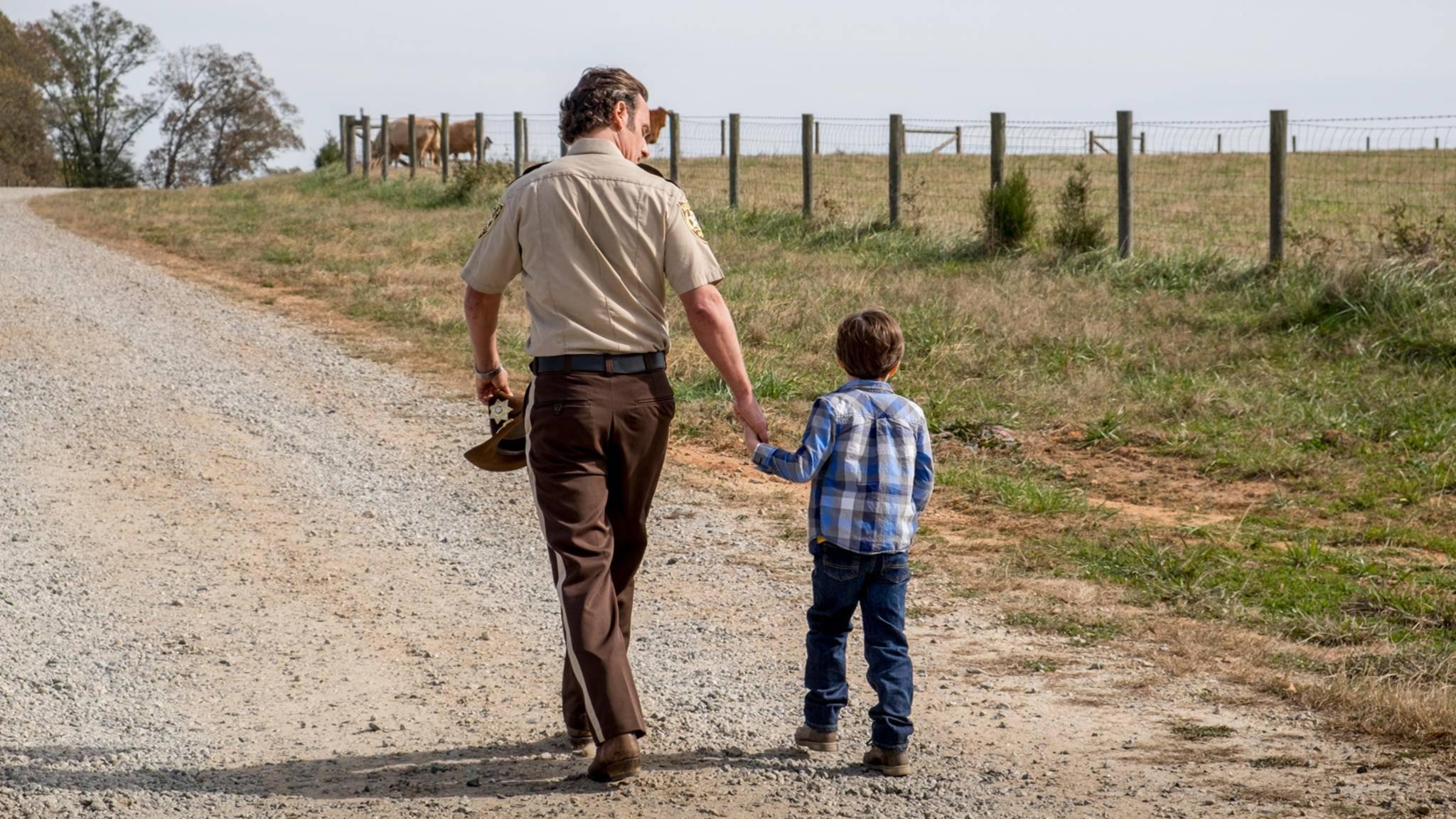 """Rick und Klein-Carl, Hand in Hand auf dem Weg ins Ungewisse – was hat dieses Foto zum """"TWD""""-Staffelfinale zu bedeuten?"""