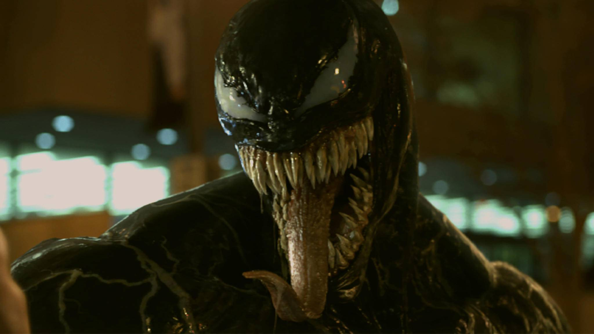 """Tom Hardy präsentiert sich im """"Venom""""-Film äußerst schlabberig."""