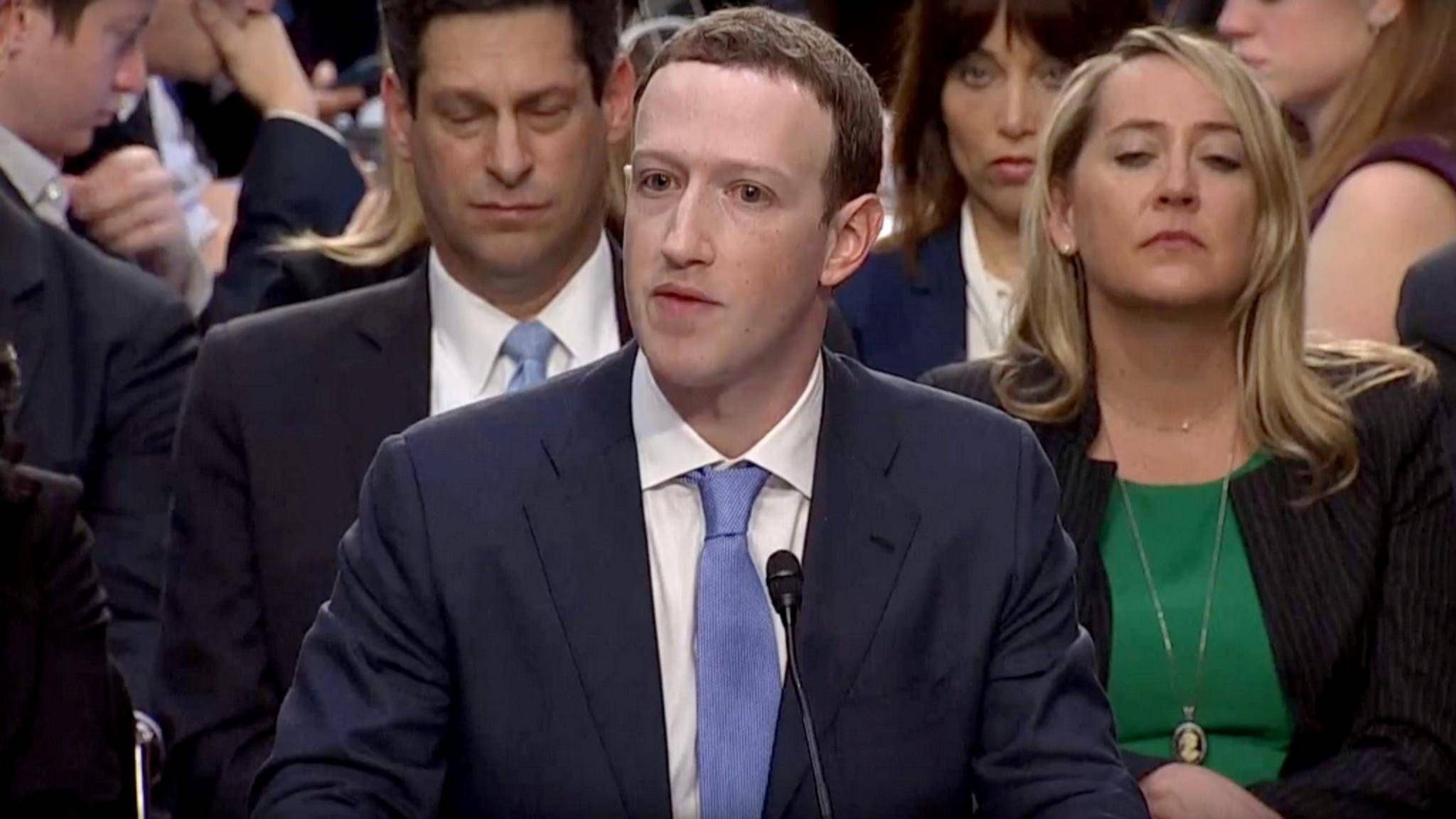 """Mark Zuckerberg spricht nur noch von """"einer kostenlosen Version"""" von Facebook."""