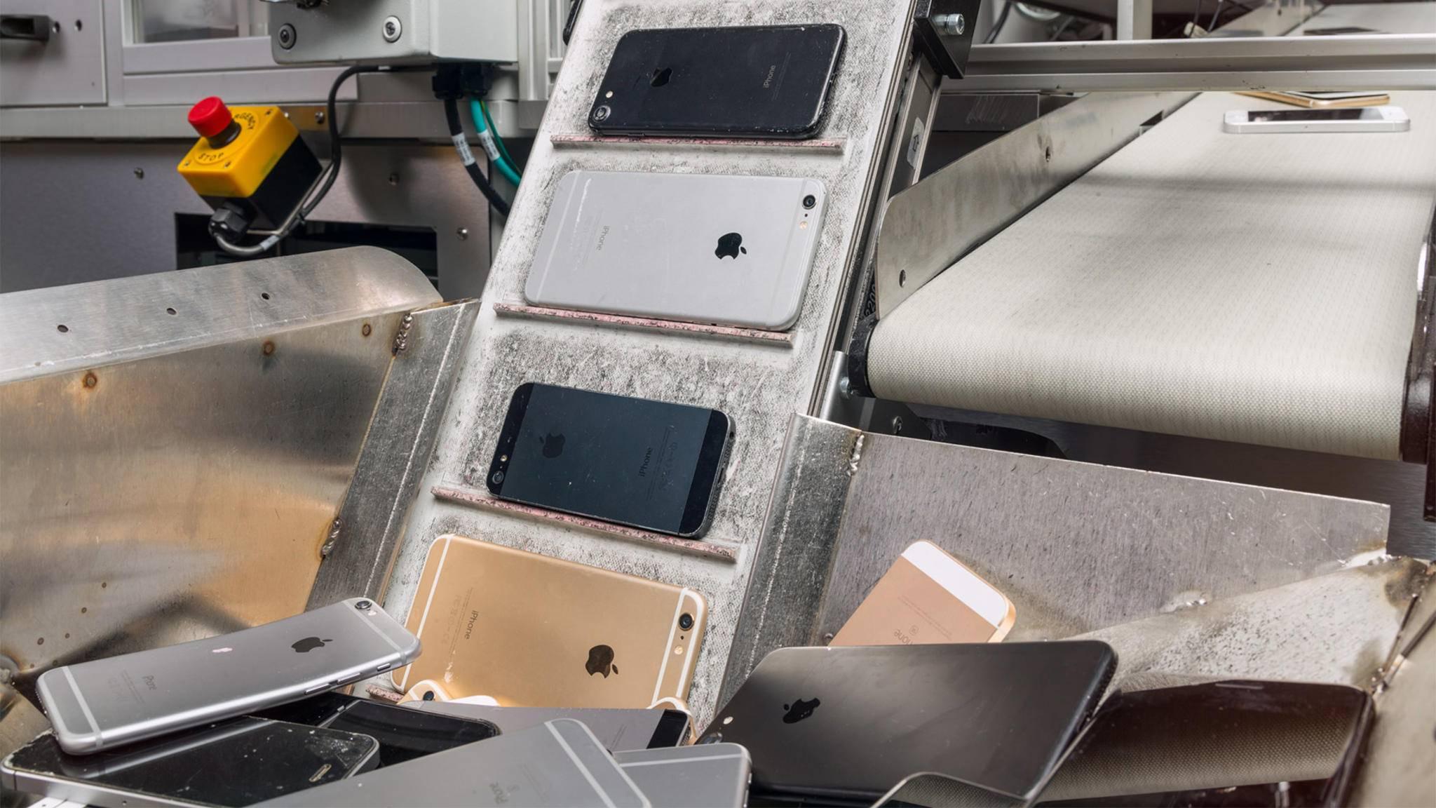Seit 2017 lässt Apple mithilfe eines Roboters iPhones demontieren.
