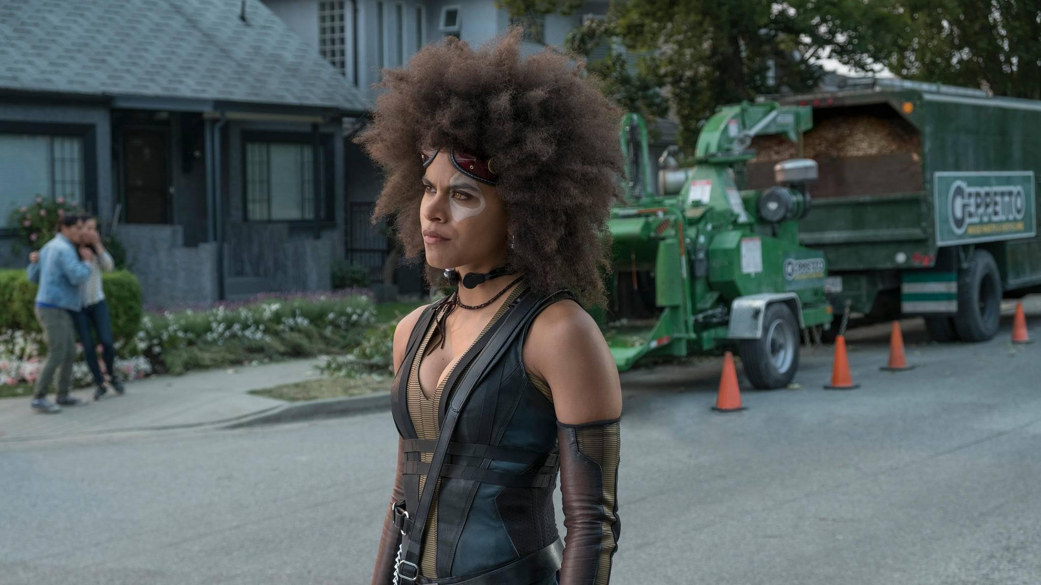 """Mit ihrem Domino-Look aus """"Deadpool 2"""" hätte Zazie Beetz eigentlich auch ganz gut zu DCs Joker gepasst ..."""