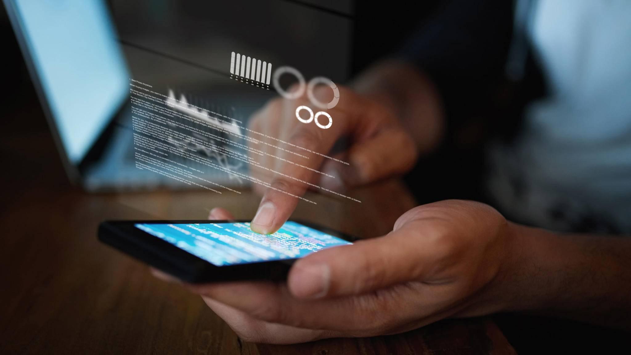 Wer Aktivitäten auf einem anderen Smartphone überwachen will, kann dazu Spionage-Apps einsetzen.