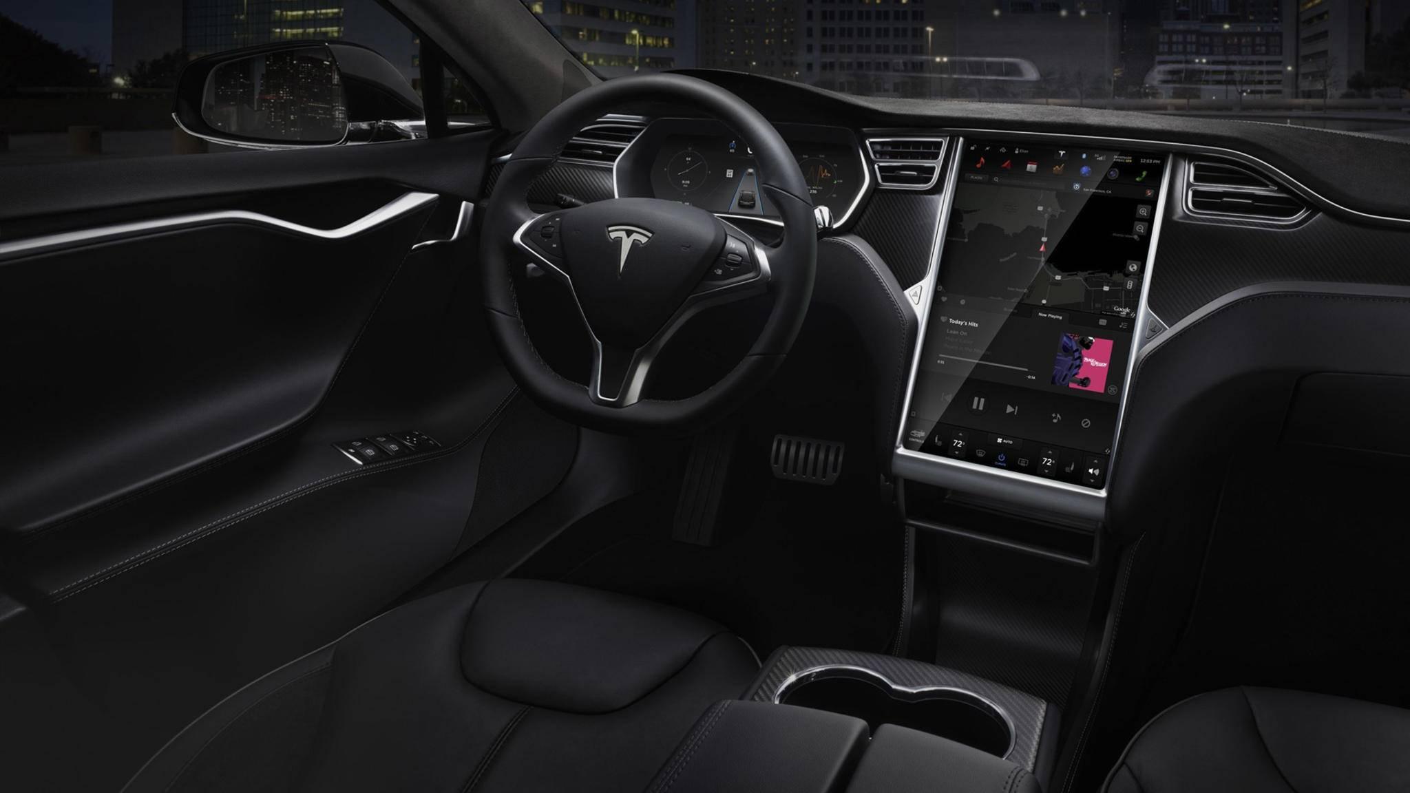 Selbstfahrende Autos, etwa von Tesla, benötigen nach wie vor einen Fahrer hinterm Steuer, der notfalls eingreifen kann.