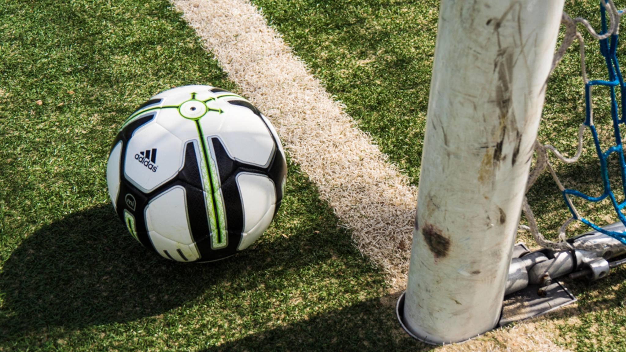 Der Adidas miCoach Smart Ball kann mehr als ein gewöhnlicher Fußball.