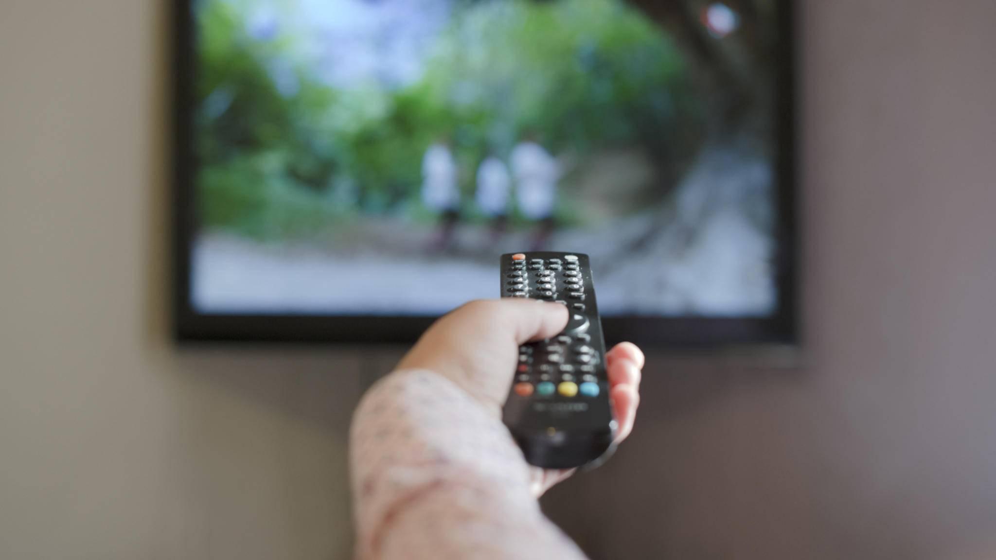 Brummt der Fernseher plötzlich laut, gilt es zunächst, die Quelle des Störgeräuschs ausfindig zu machen.