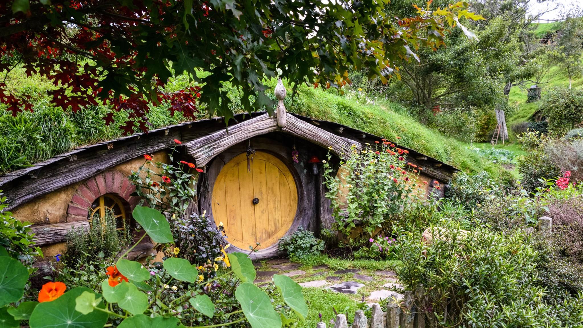 """Die typischen Hobbit-Höhlen können noch heute am """"Herr der Ringe""""-Drehort in Neuseeland besucht werden."""