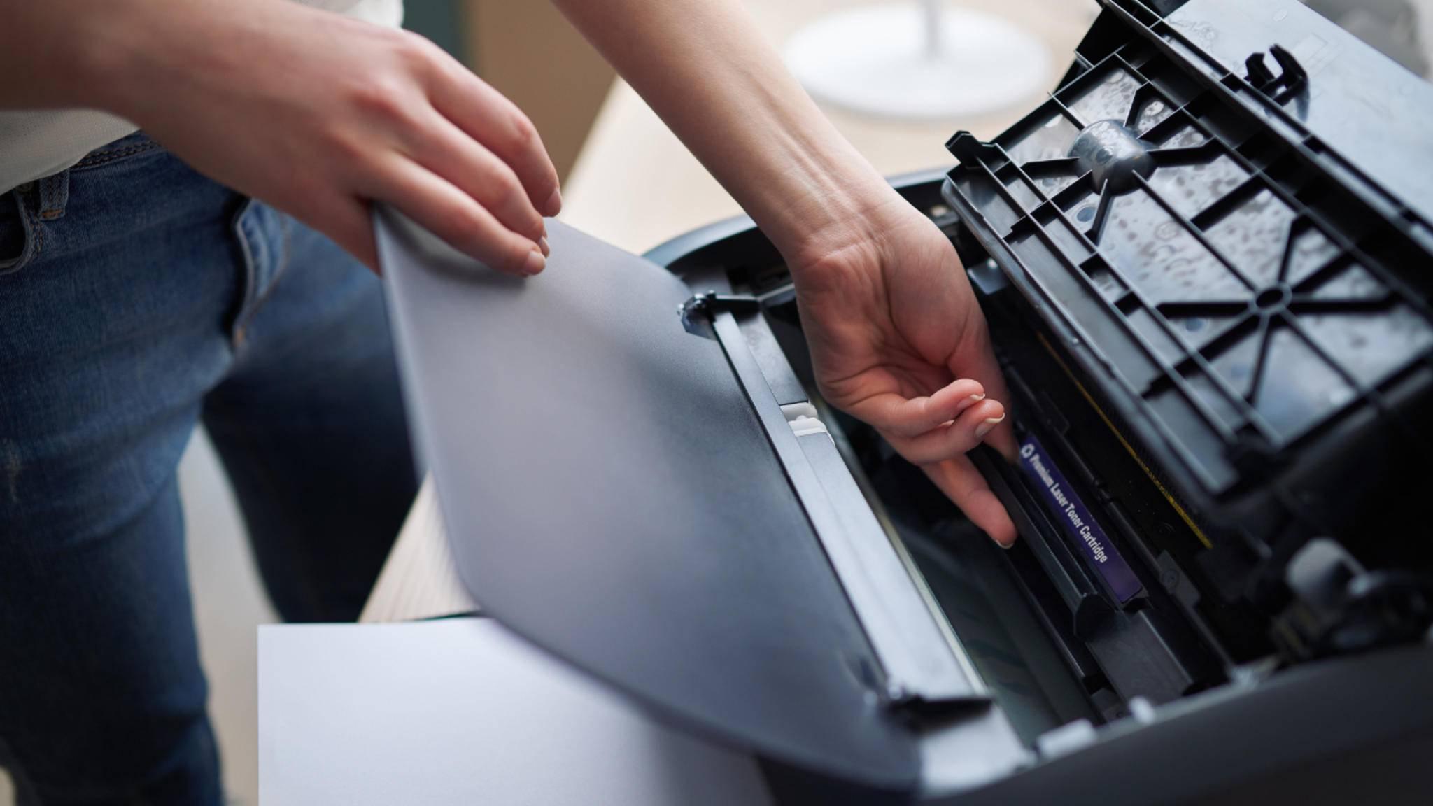 Beim Saubermachen des Laserdruckers sollten keine scharfen Reinigungsmittel eingesetzt werden,