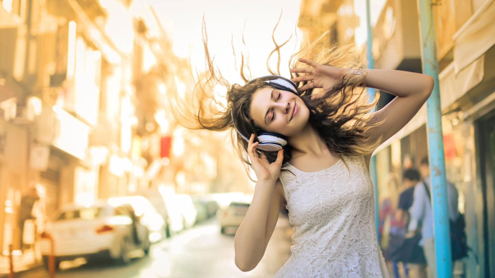 Mit Noise-Cancelling-Kopfhörern kannst Du Umgebungsgeräusche herausfiltern.
