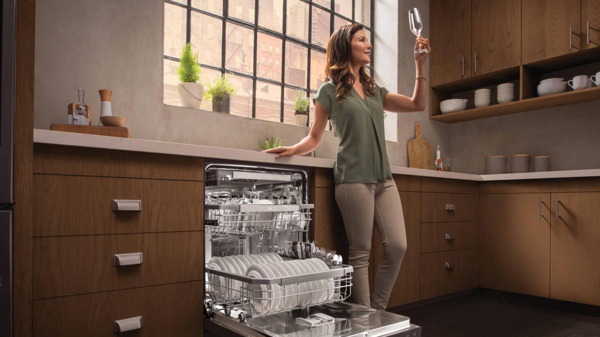 Gläser mit Wasserrändern gehören dank der TrueSteam-Technologie in QuadWash-Geschirrspülern von LG bald der Vergangenheit an.