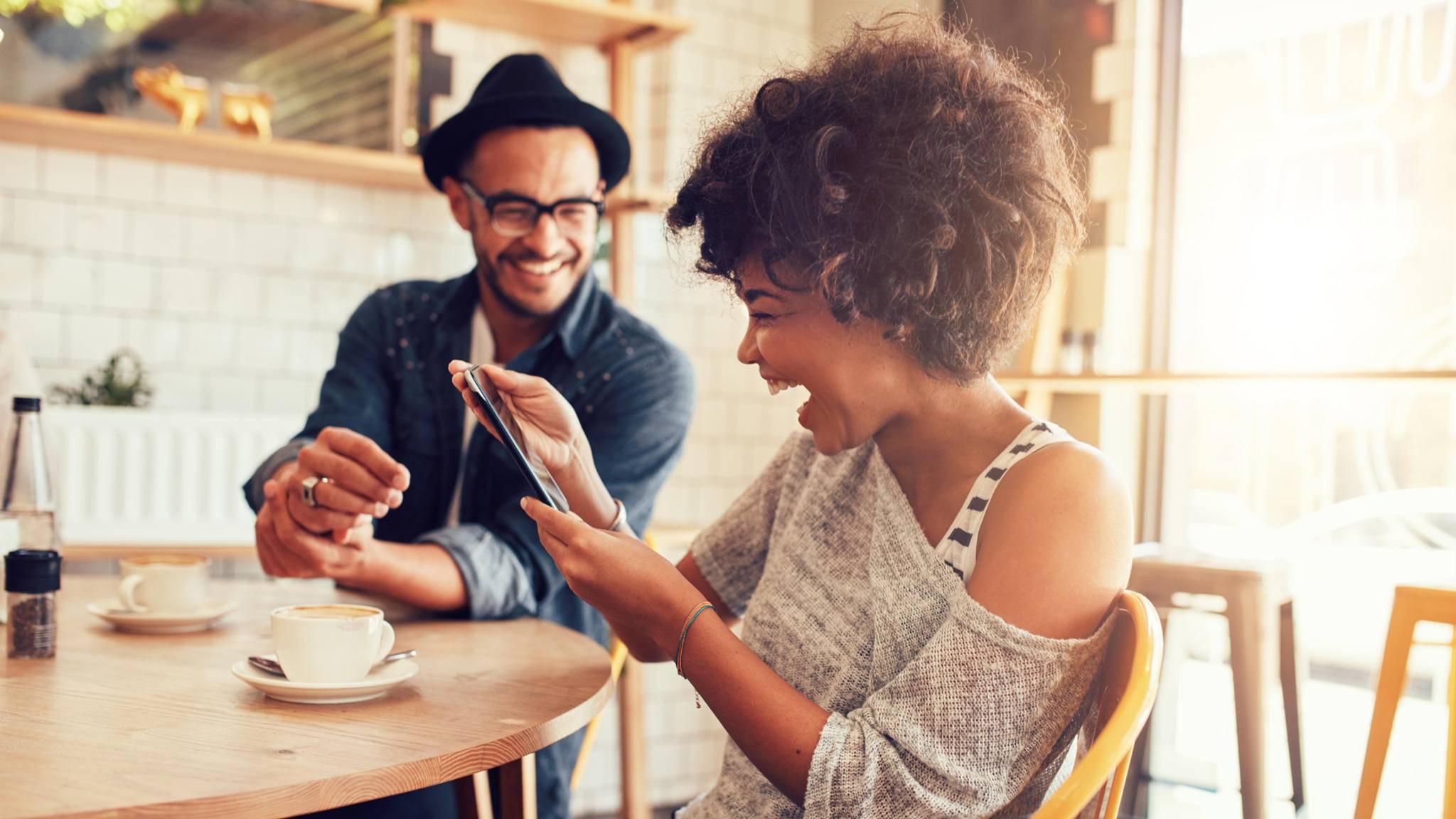 Die gemeinsame Vorliebe für ein bestimmtes Café kann Menschen verbinden.