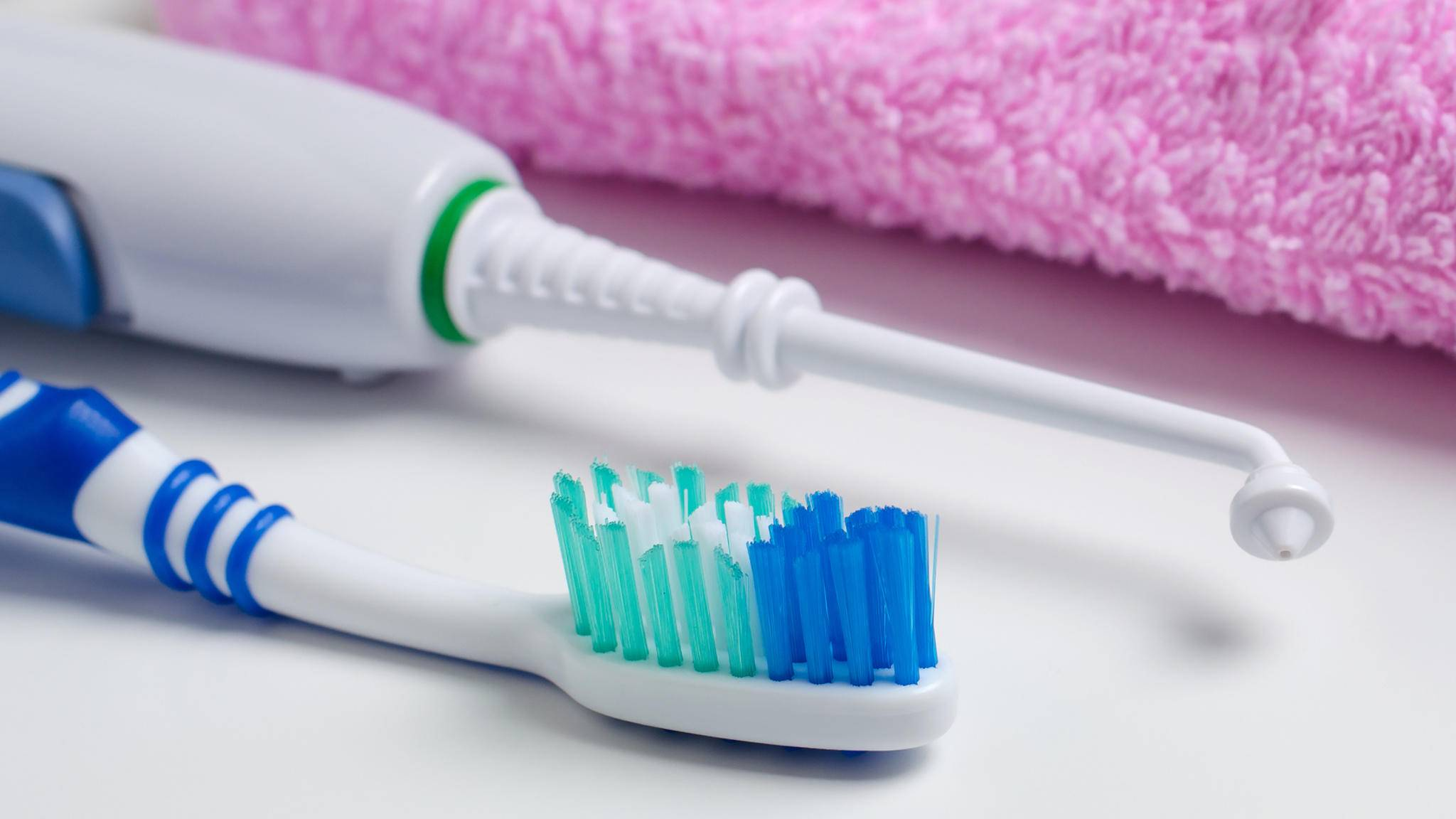 Elektrische Zahnbürste und Munddusche gibt es jetzt in einem Gerät.