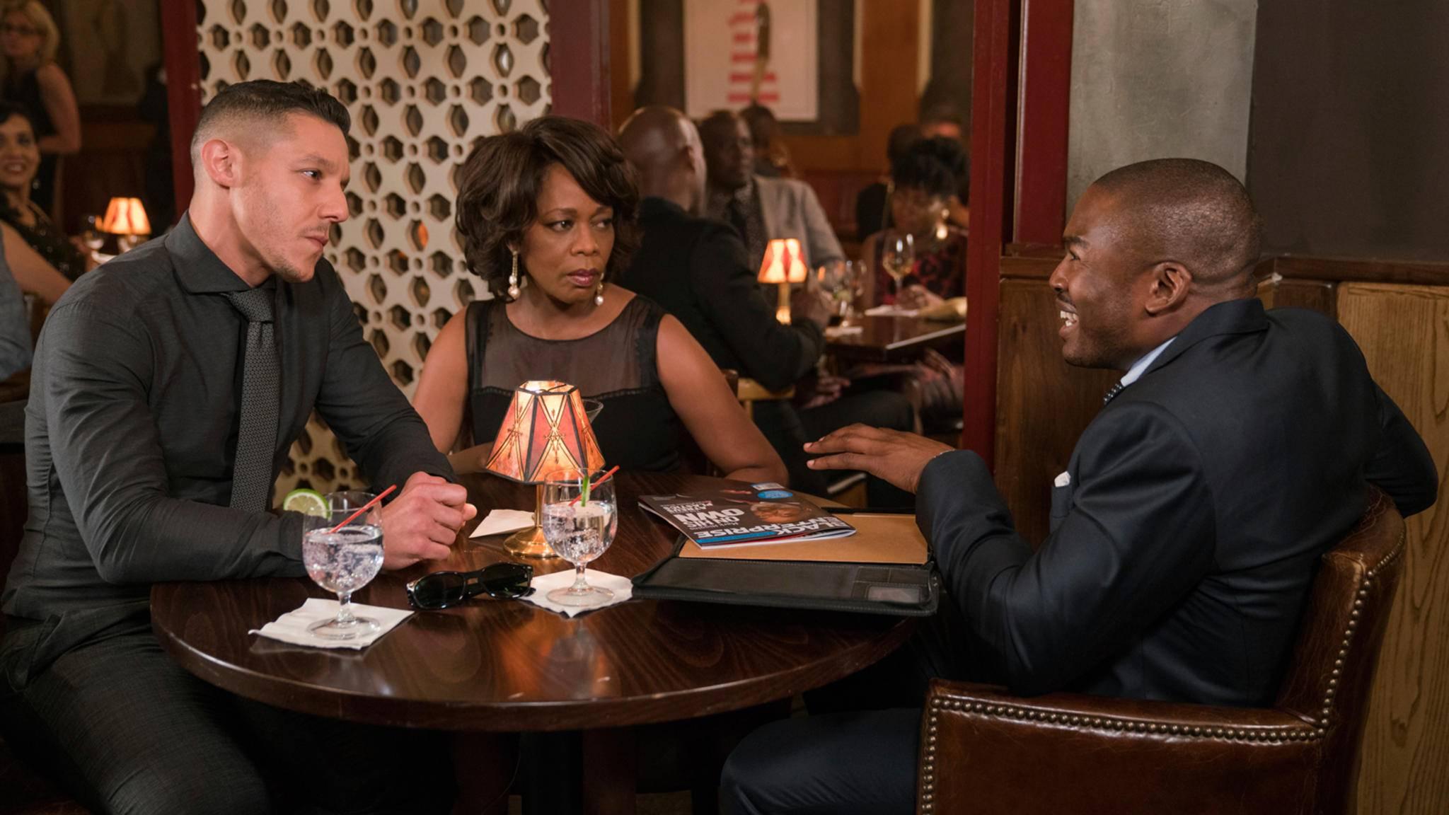 Black Mariah (Alfre Woodard, Mitte) herrscht mit eiserner Faust über Harlems Unterwelt. Doch sie bekommt Konkurrenz.