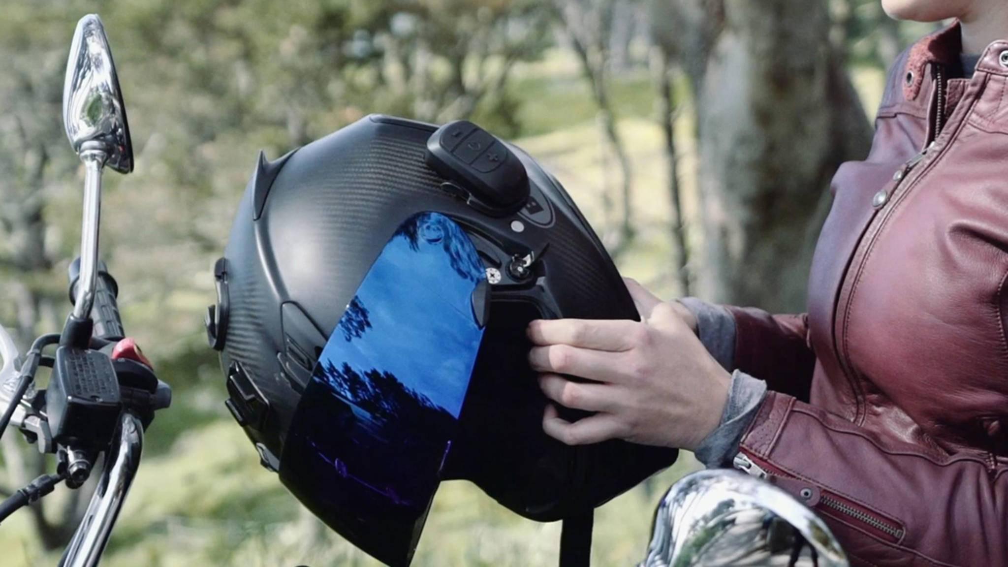 Der Domio und der Domio Pro können sowohl an der Oberseite als auch an der Seite des Helms befestigt werden.