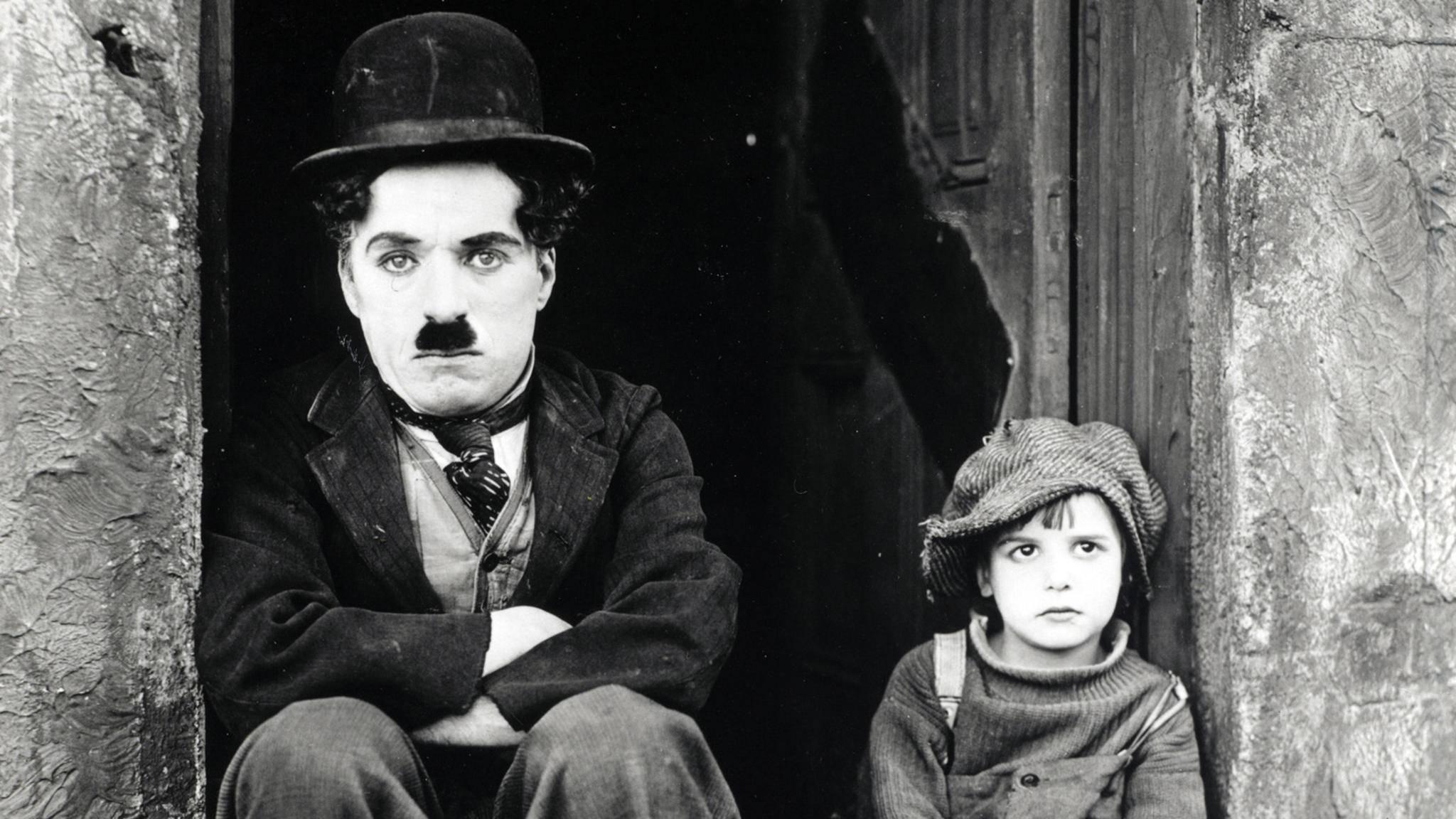 Melone, Schnauzbart, zu große Schuhe und Stock: Charlie Chaplin als Tramp schrieb Filmgeschichte.
