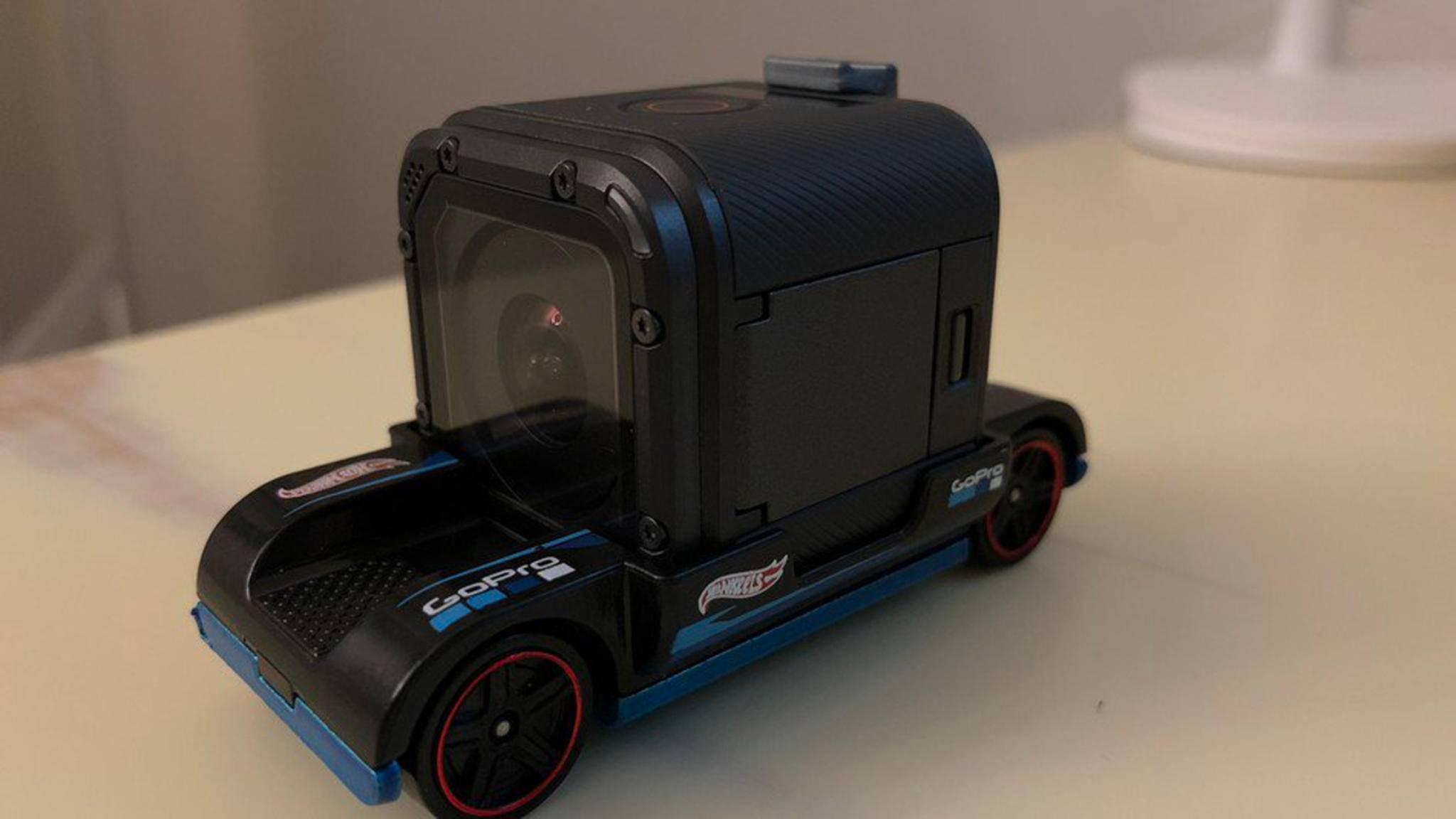 Die GoPro Session passt perfekt auf den kleinen Hot-Wheels-Flitzer.