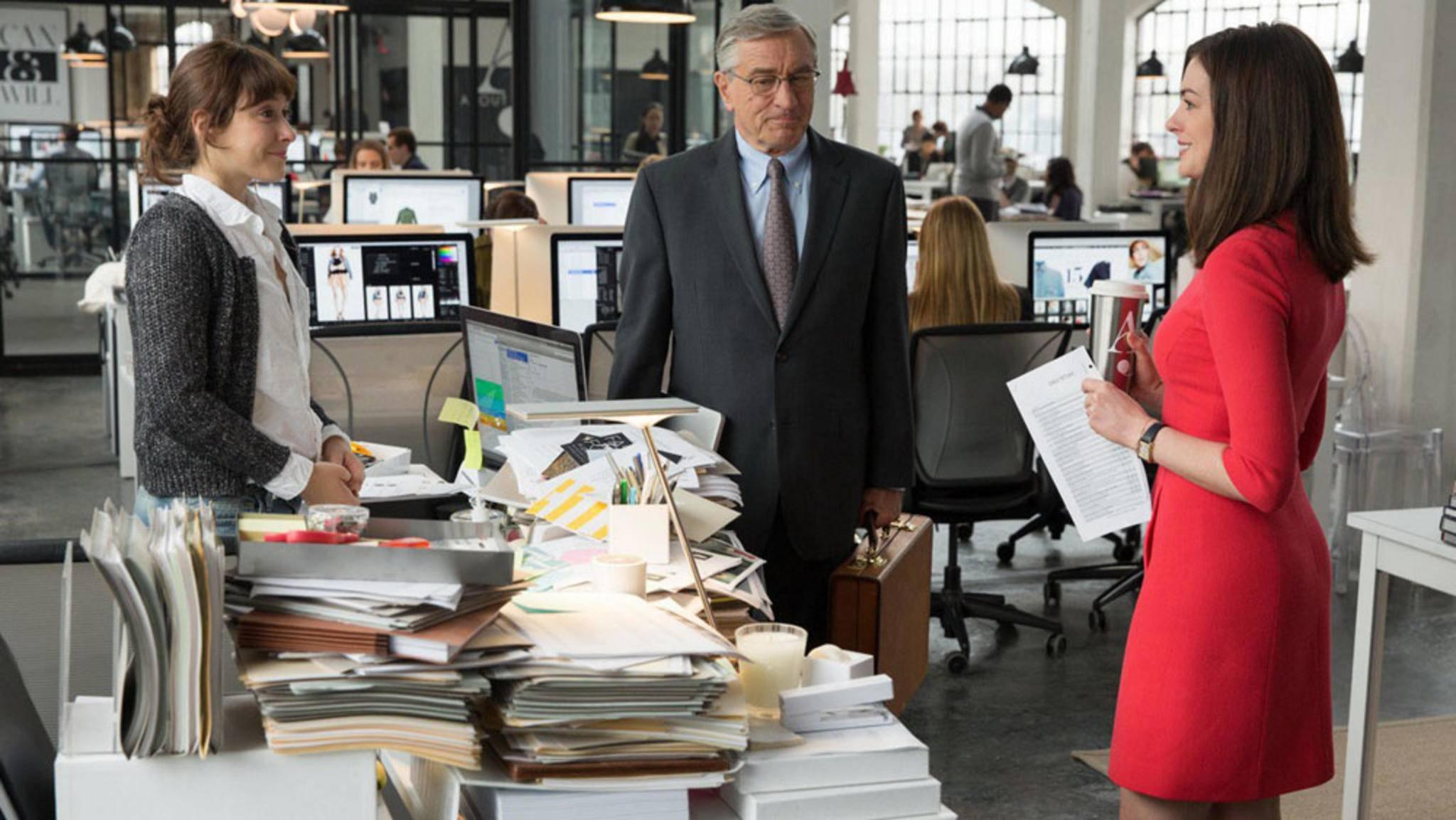 """Filme wie """"Man lernt nie aus"""" setzen den alltäglichen Wahnsinn im Büro und auf der Arbeit humorvoll in Szene."""