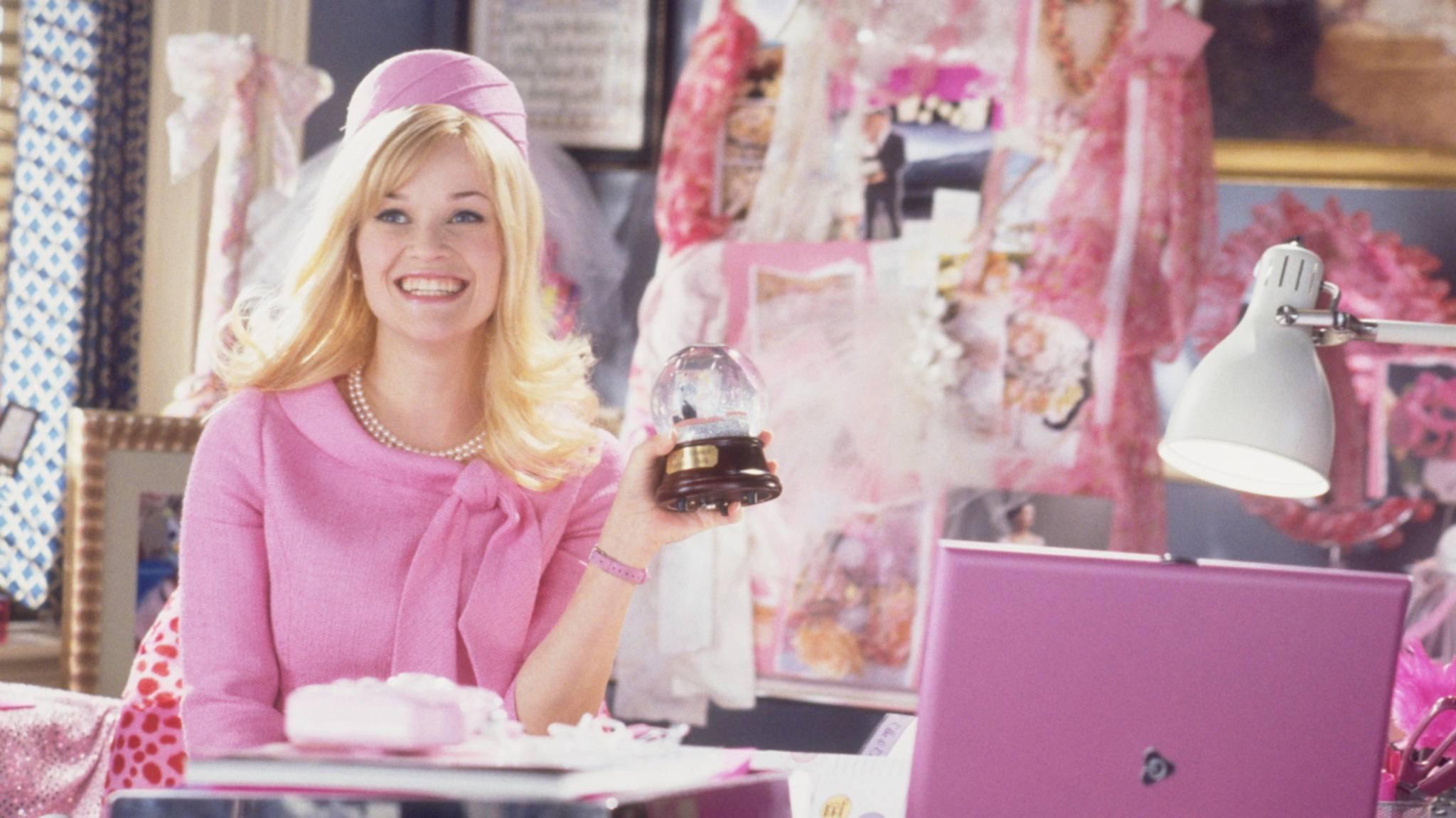 Reese Witherspoon schlüpft bald wieder in ihre pinke Garderobe.