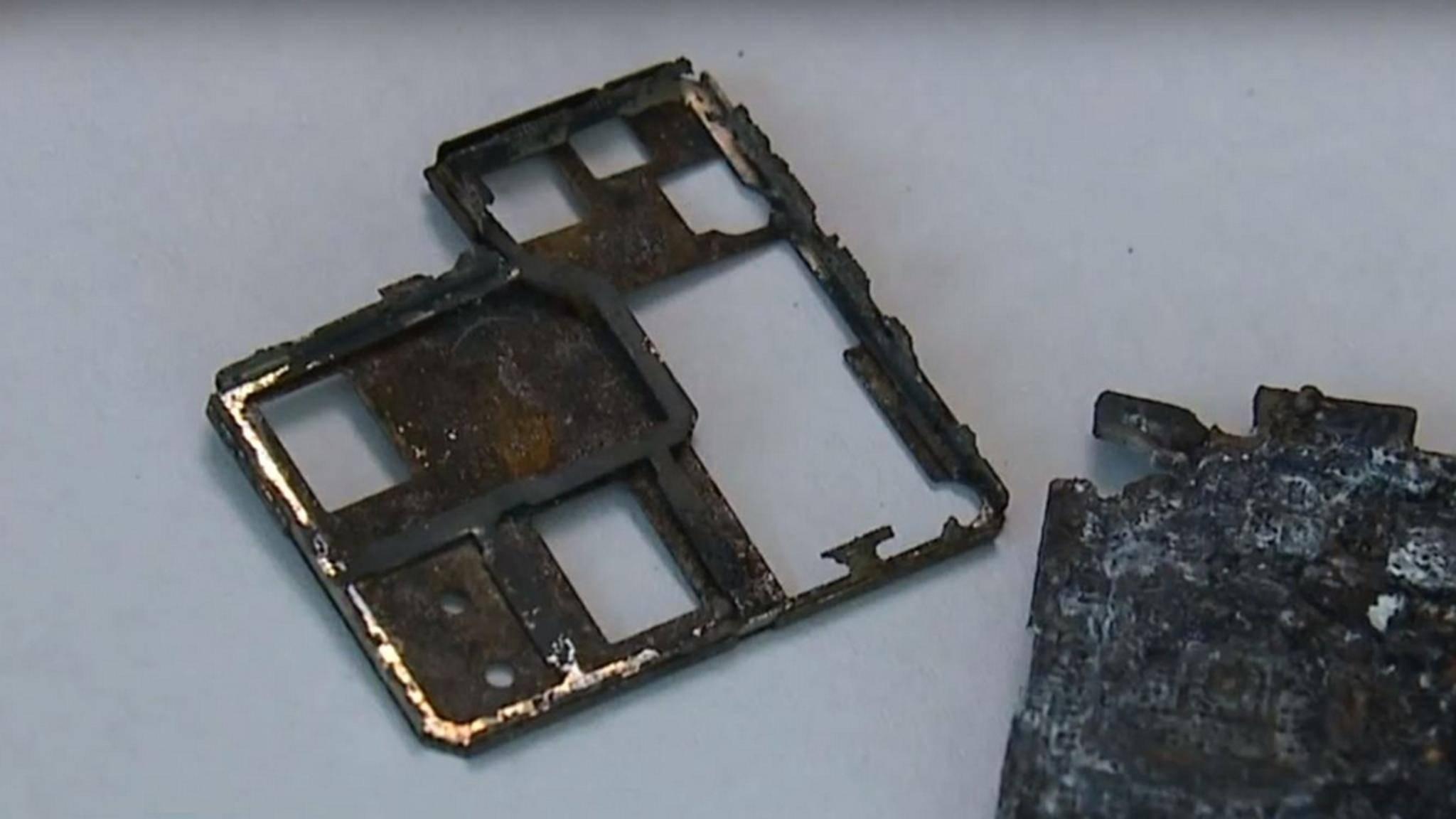 Die verkohlten Überreste eines Smartphones.
