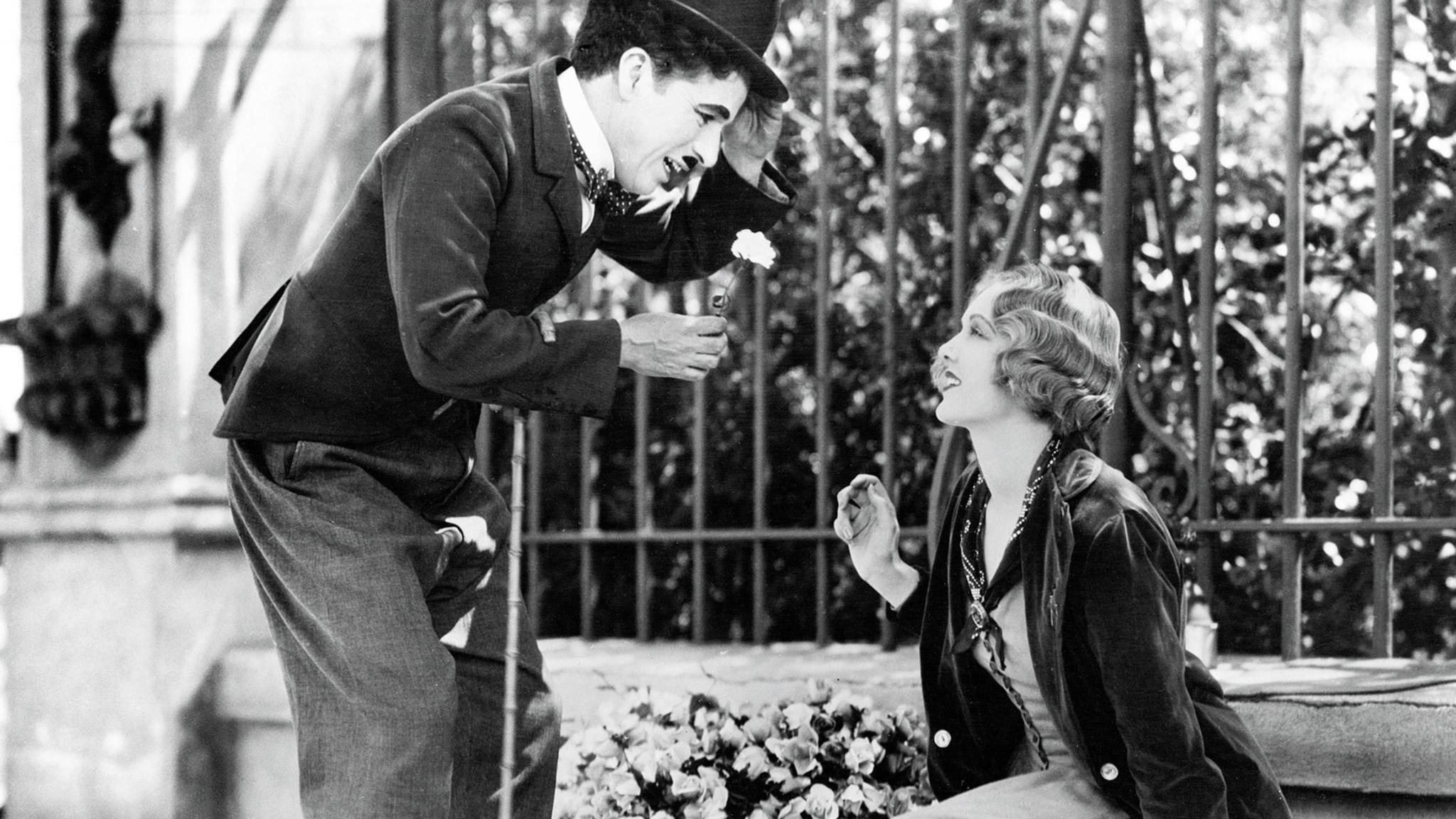 """Charlie Chaplin lässt in """"Lichter der Großstadt"""" Blumen sprechen."""