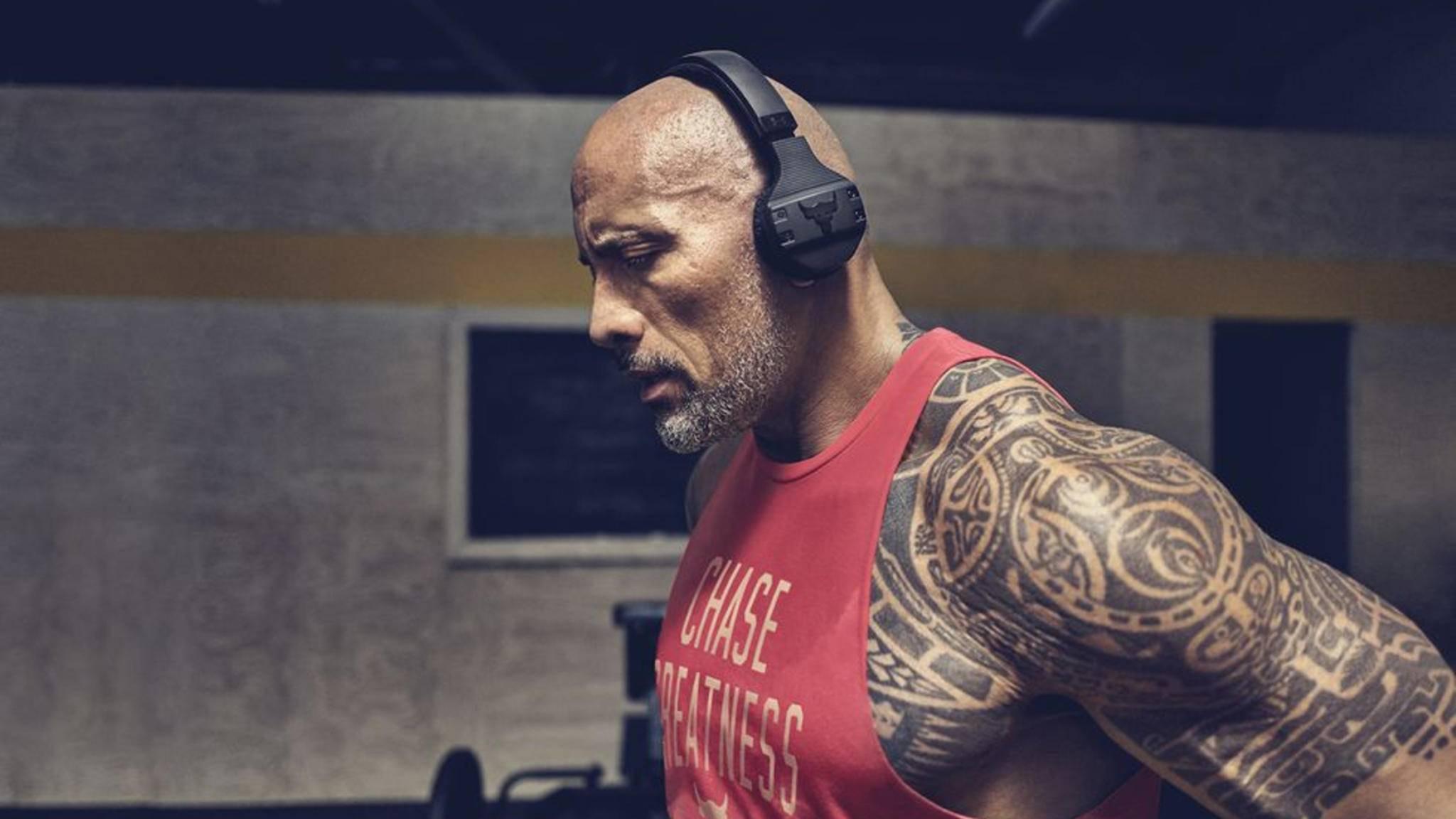 Dwayne Johnson mit den neuen Wireless-Kopfhörern UA Sport Wireless — Project Rock Edition.