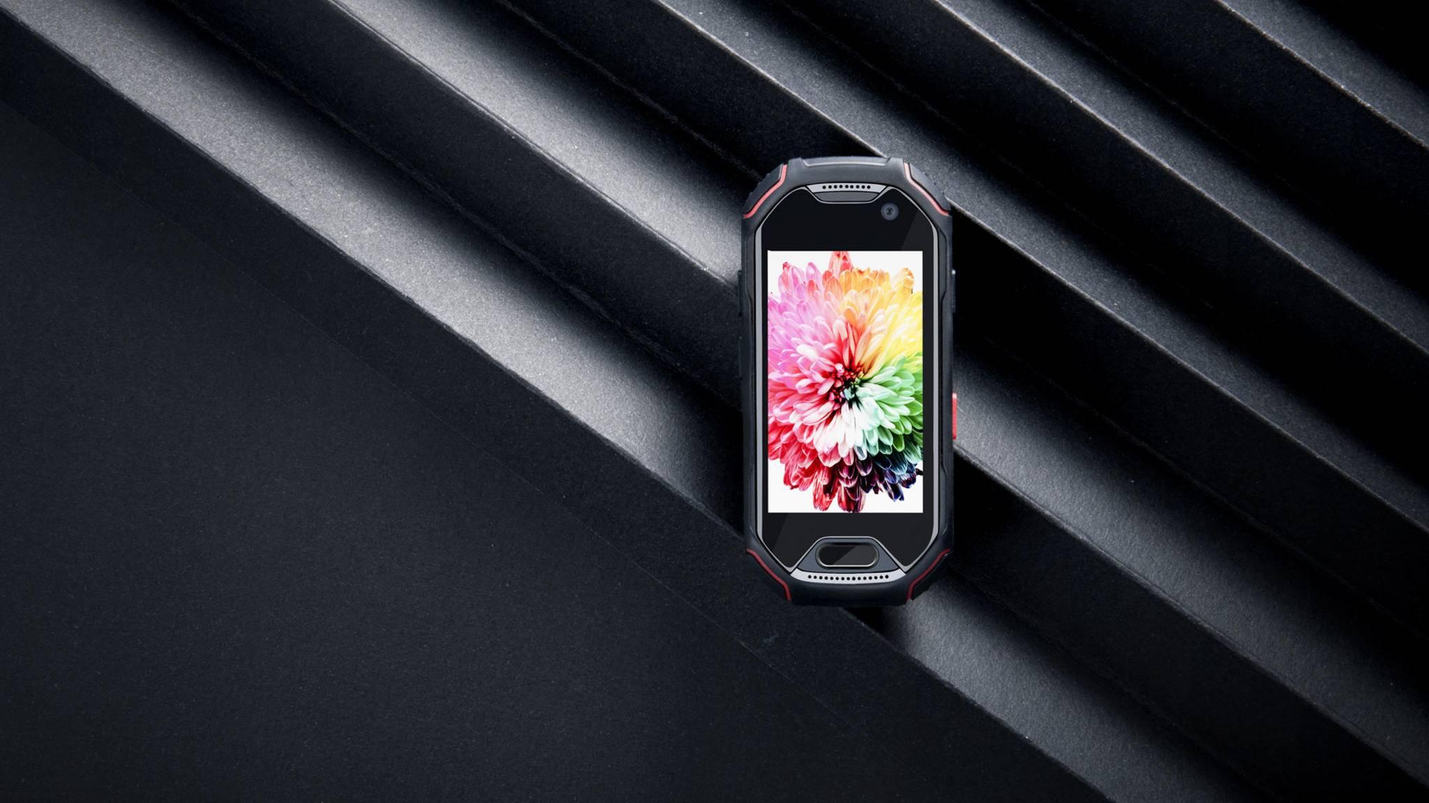 Das Outdoor-Smartphone Atom passt in jede Hosentasche.