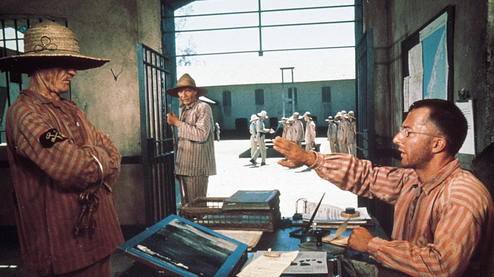 ... und steigt zum Sekretär der Gefängnisführung auf.