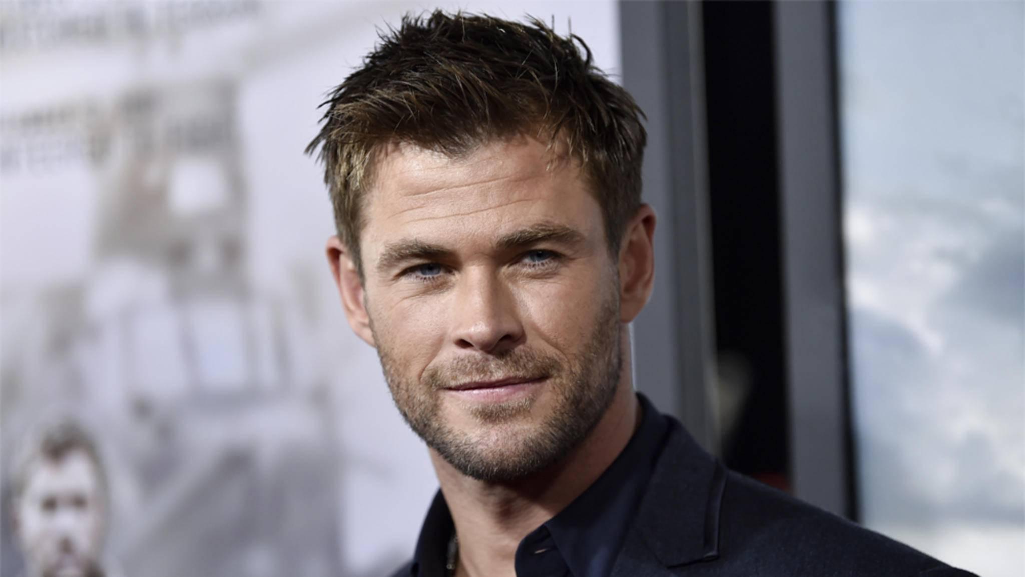 """Chris Hemsworth wirft sich für das """"Men in Black""""-Spin-off in Schale."""