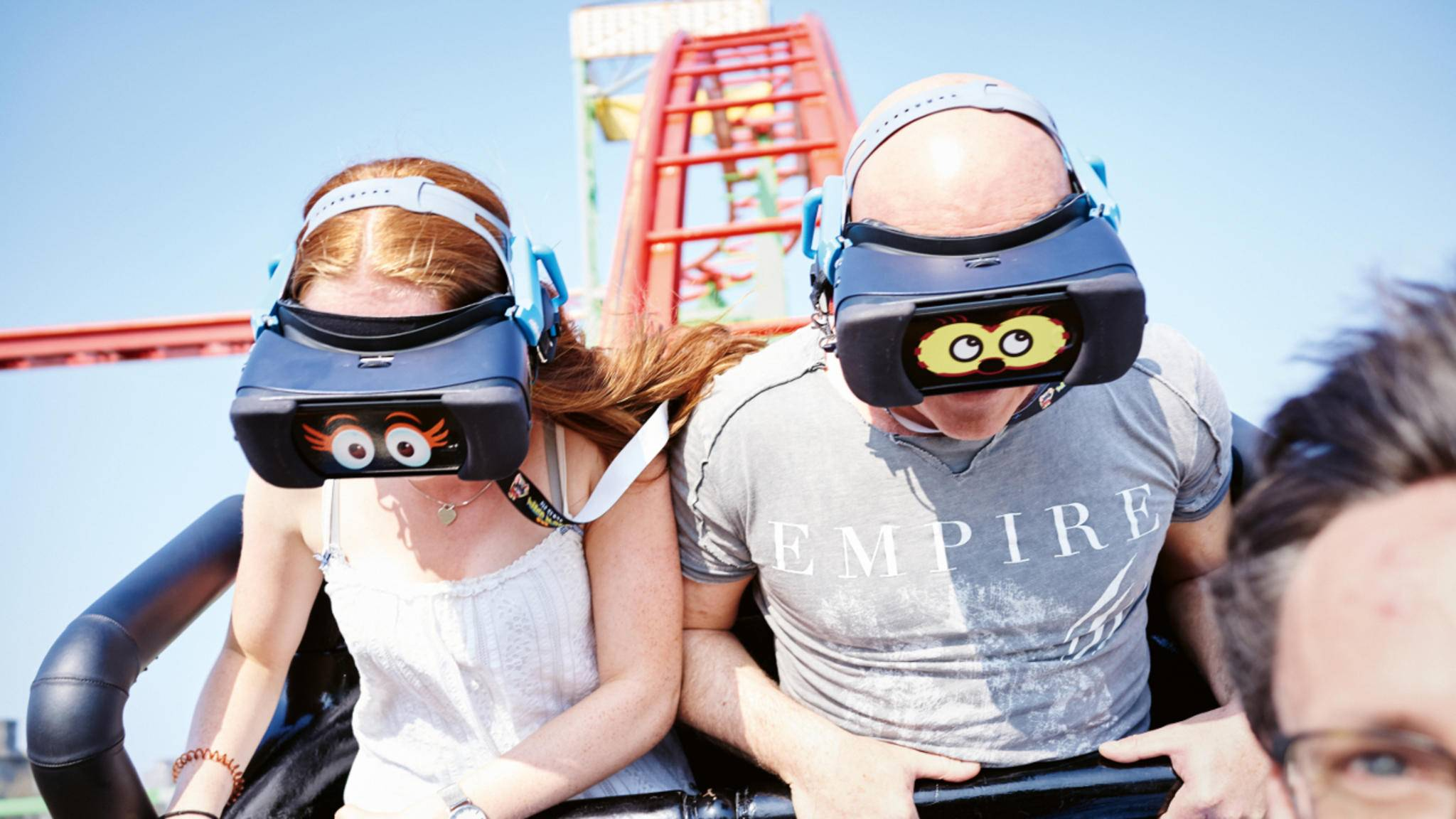 Auf dem Hamburger Dom kann man mit einer VR-Brille Achterbahn fahren.