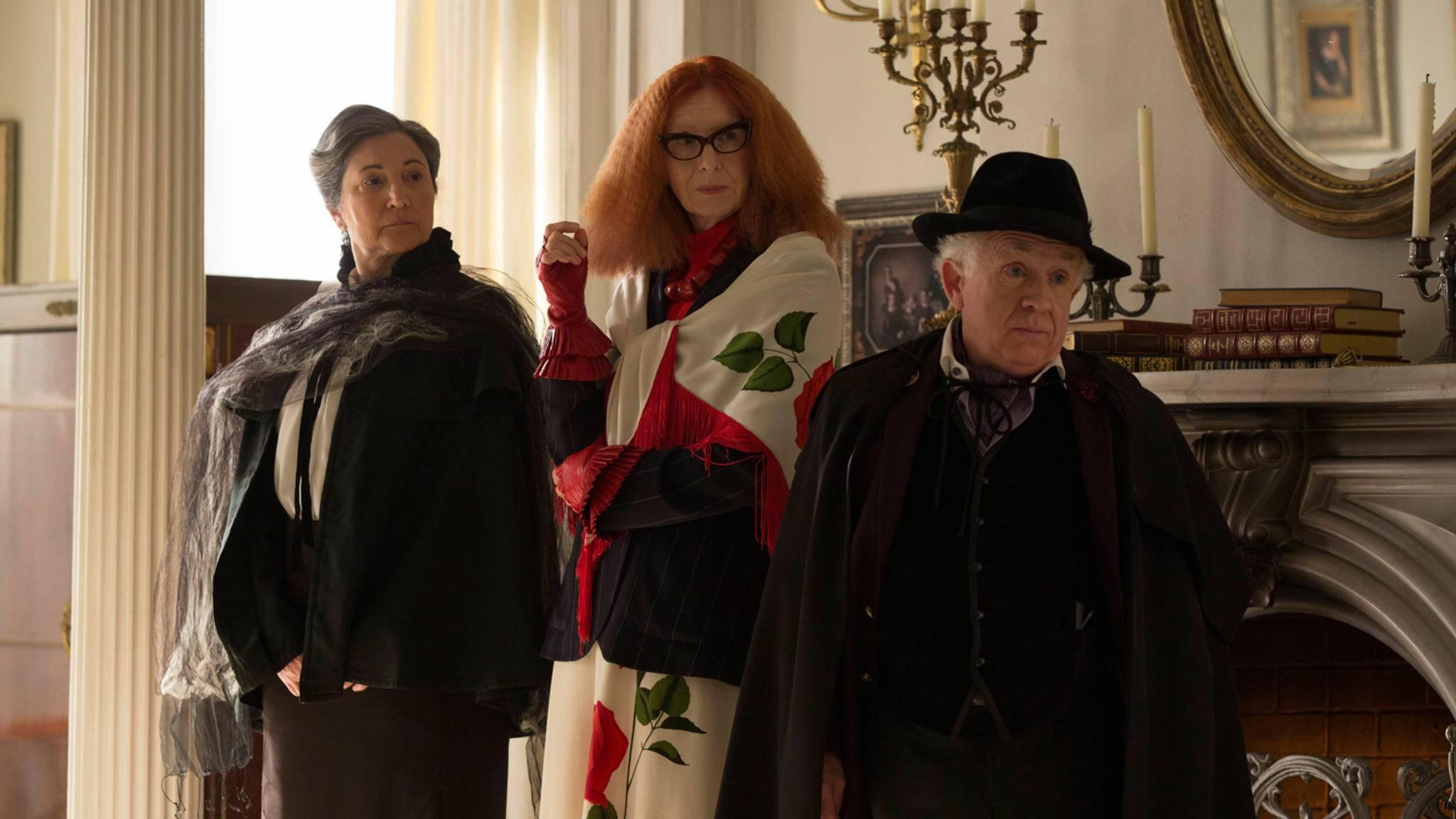 """""""American Horror Story""""-Star Frances Conroy (im Bild in der Mitte) könnte sich mit der """"Joker""""-Mama die nächste schräg-düstere Rolle sichern."""
