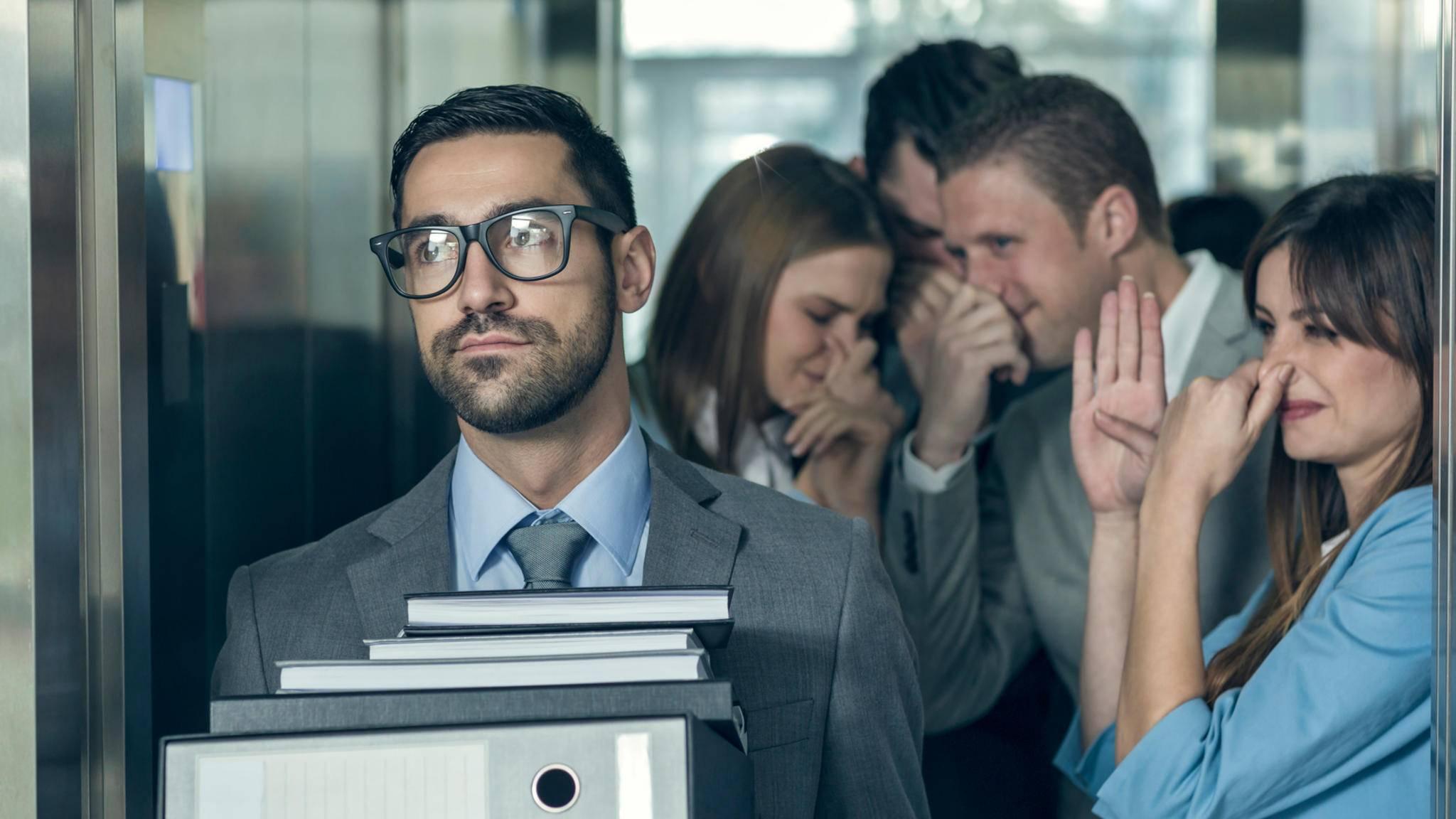 Körpergeruch kann besonders auf der Arbeit schnell für dicke Luft sorgen.