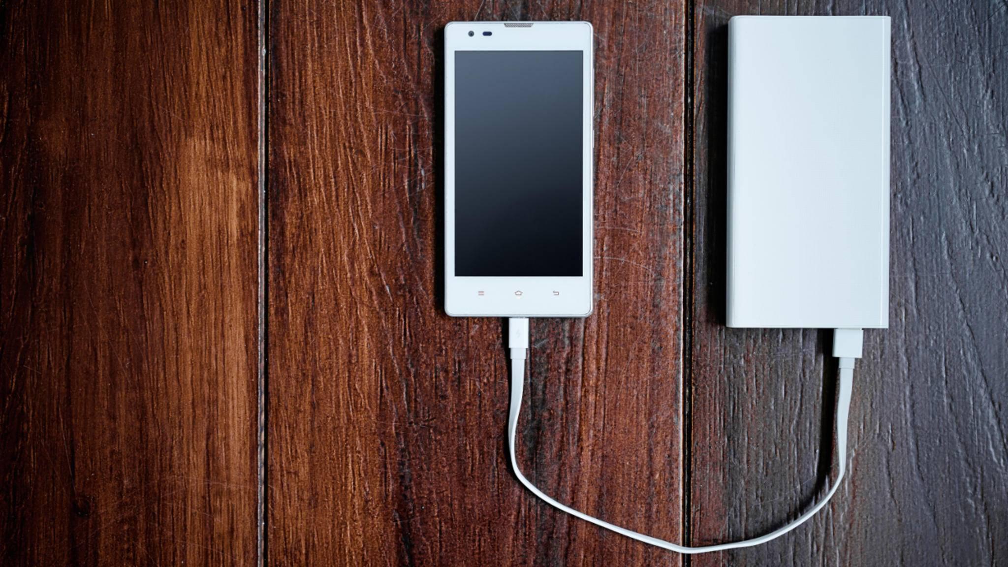 Damit die Powerbank das Smartphone versorgen kann, muss sie natürlich vorher selber korrekt aufgeladen werden.