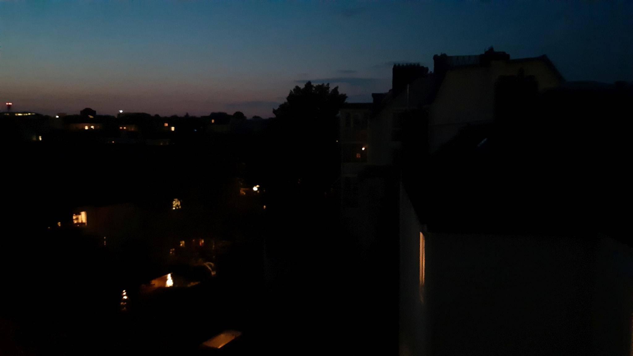 Nachtaufnahmen erreichen nur eine durchschnittliche Handy-Qualität.