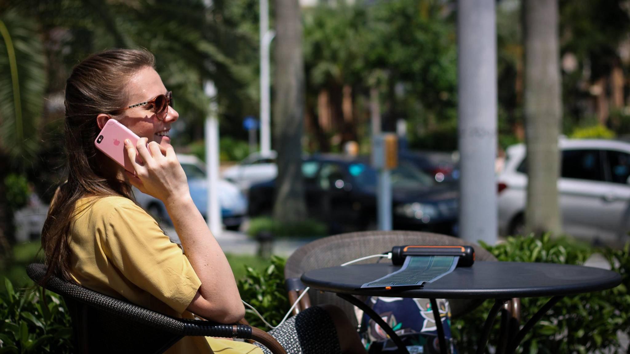 Dank Sonnenenergie hast Du mit Solar Scroll immer und überall die Möglichkeit, Dein Smartphone zu laden.