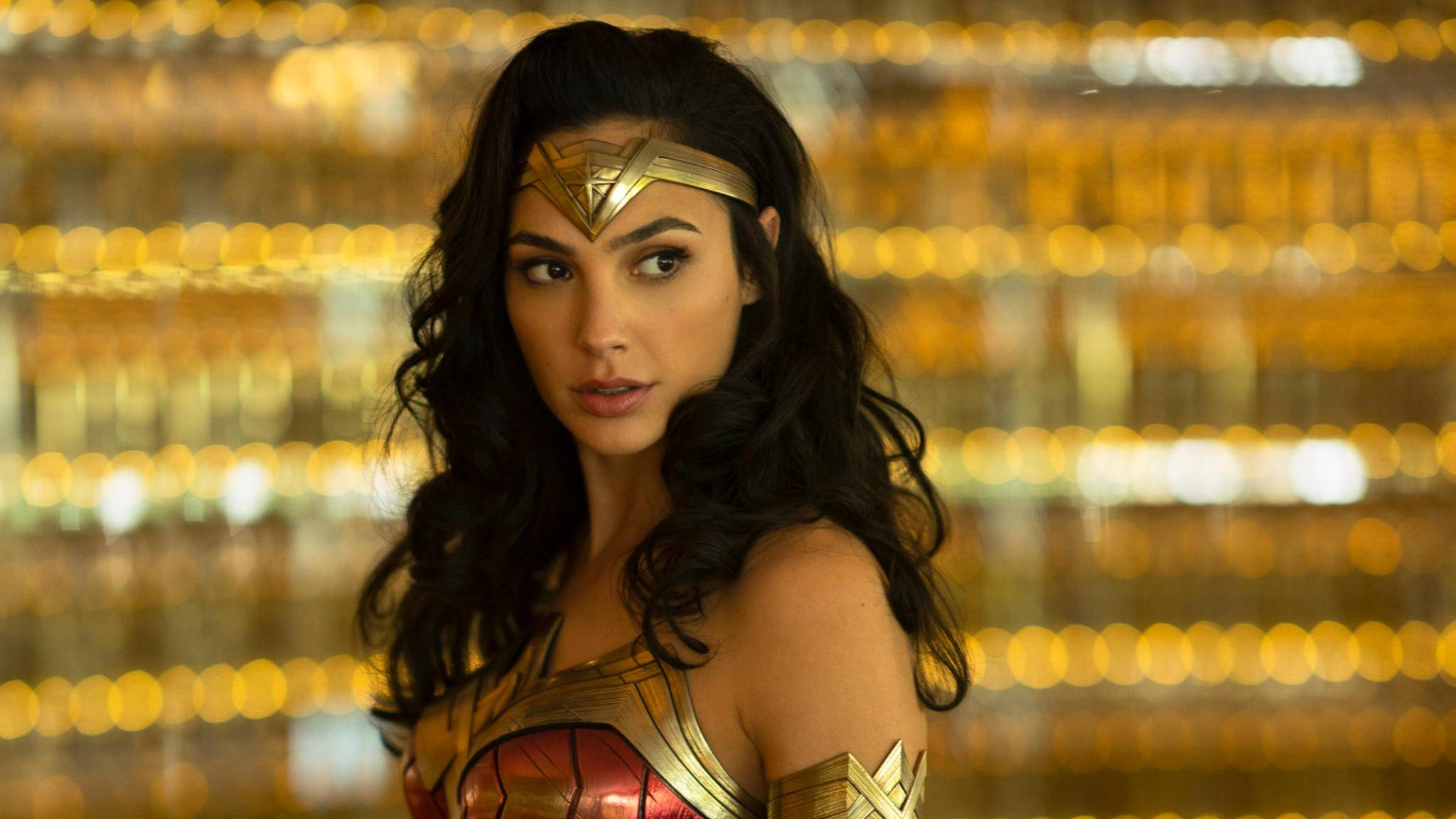 """Für ihren ersten """"Wonder Woman""""-Film baute Gal Gadot mit hartem Training acht Kilogramm Muskelmasse auf! 2020 startet das Sequel """"Wonder Woman 1984""""."""