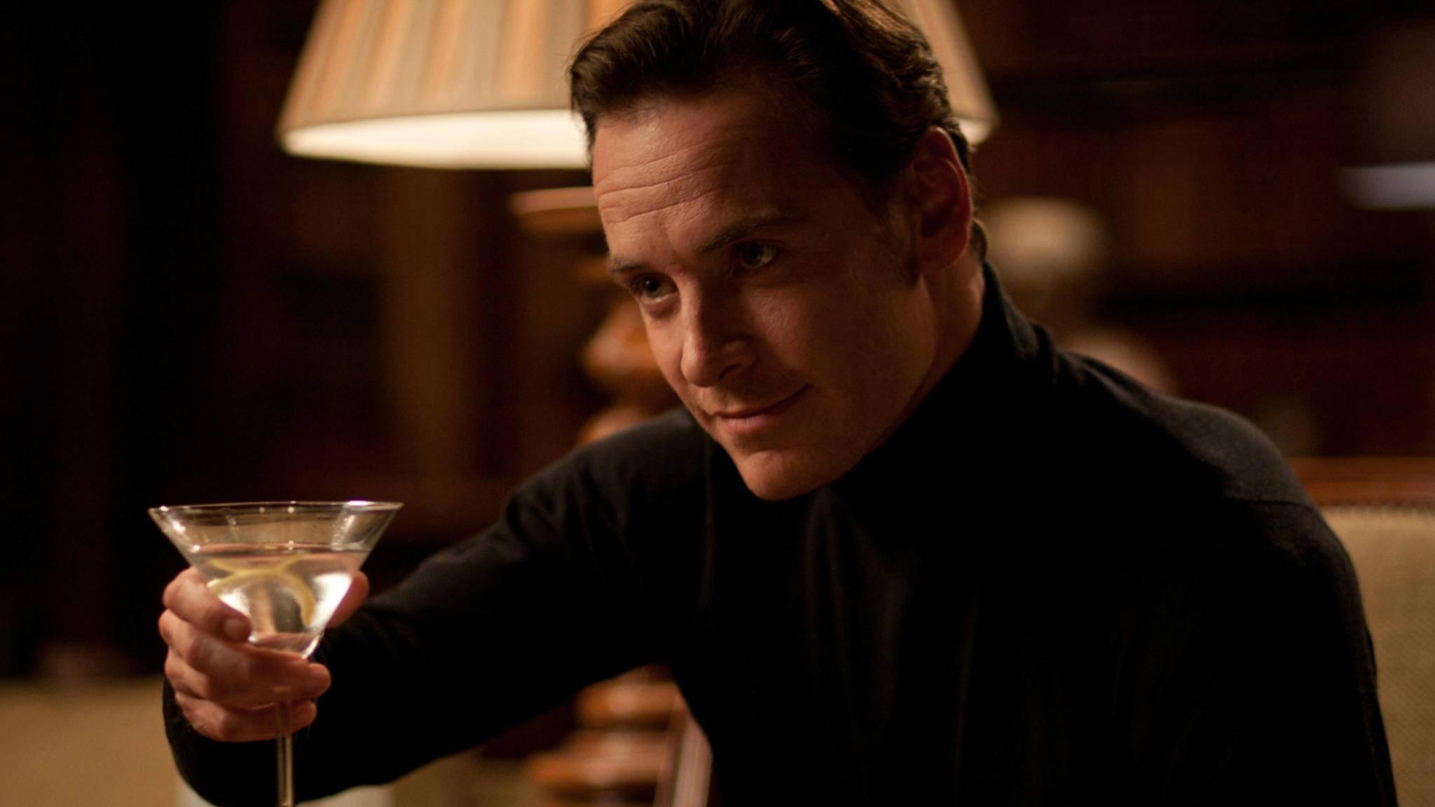 Der Drink stimmt schon mal: Michael Fassbender hätte alle Qualitäten für einen zukünftigen James Bond.