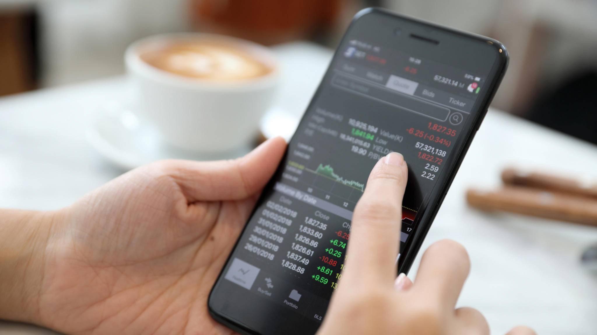 Mit der richtigen Aktien-App bleibst Du immer über das aktuelle Börsengeschehen informiert.