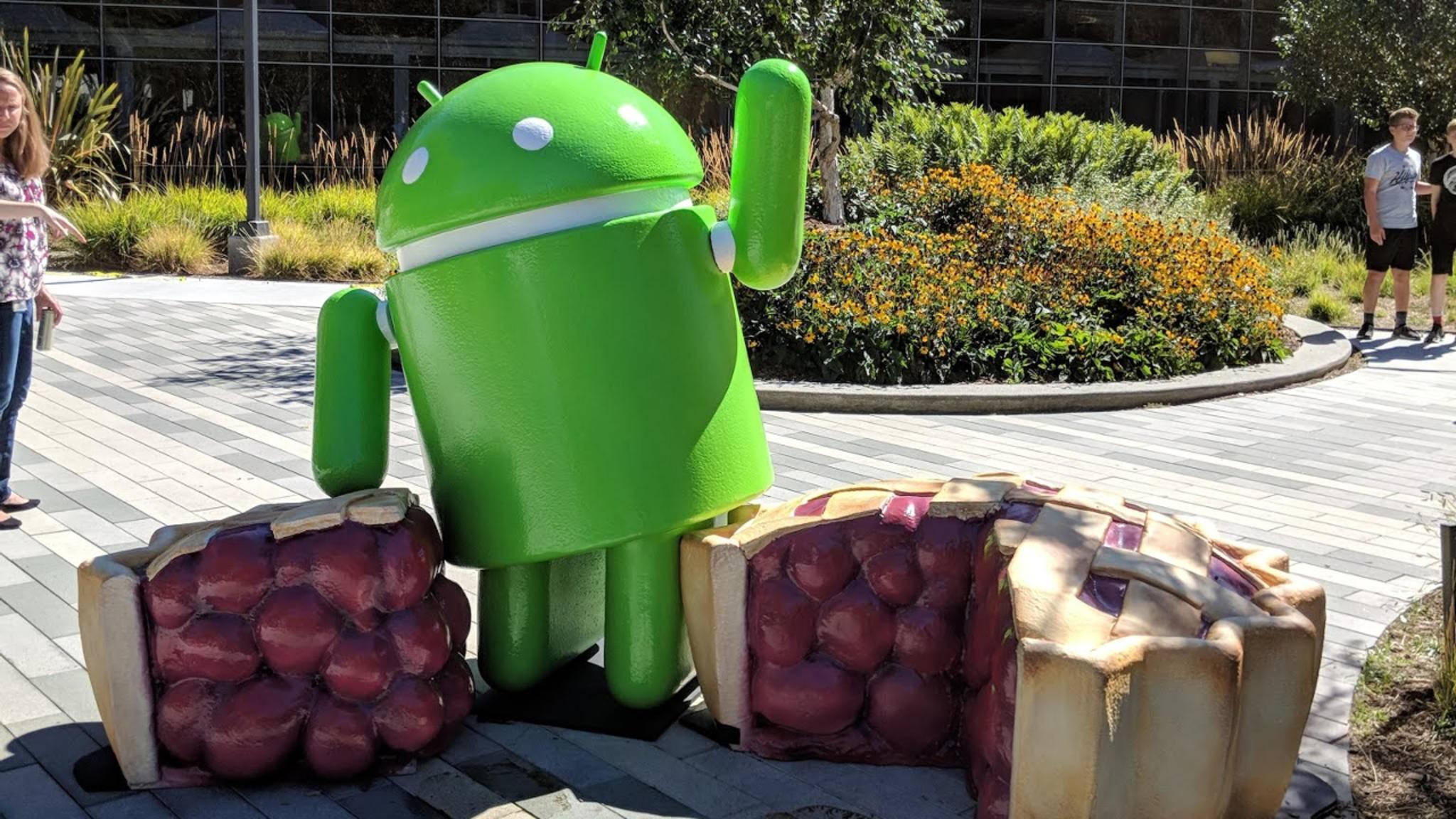 Android 9.0 Pie Maskottchen winkt in Kalifornien
