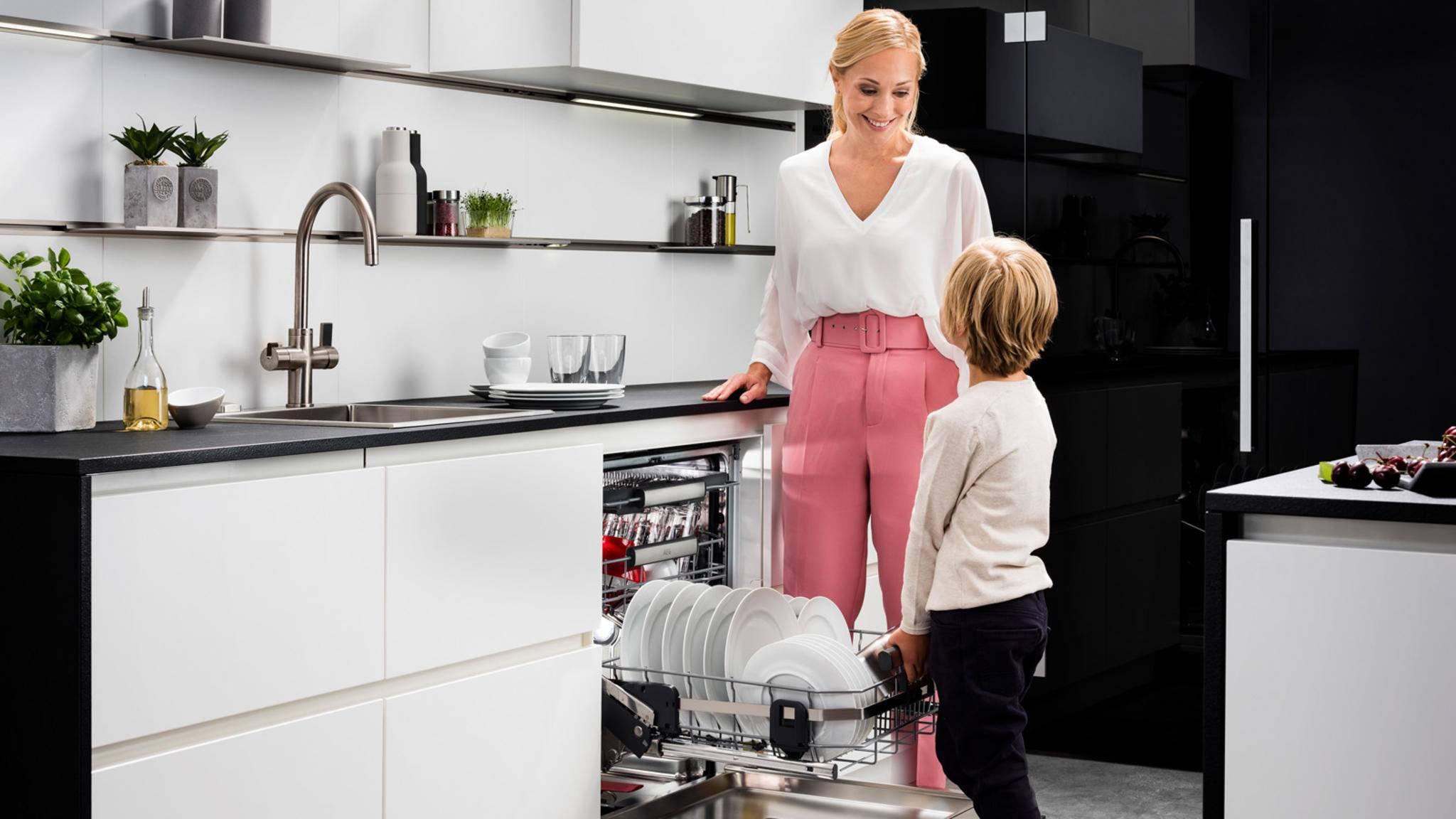 Der untere Geschirrkorb des AEG-Geschirrspülers lässt sich kinderleicht nach oben ziehen und ohne Tellerklappern wieder nach unten schieben.