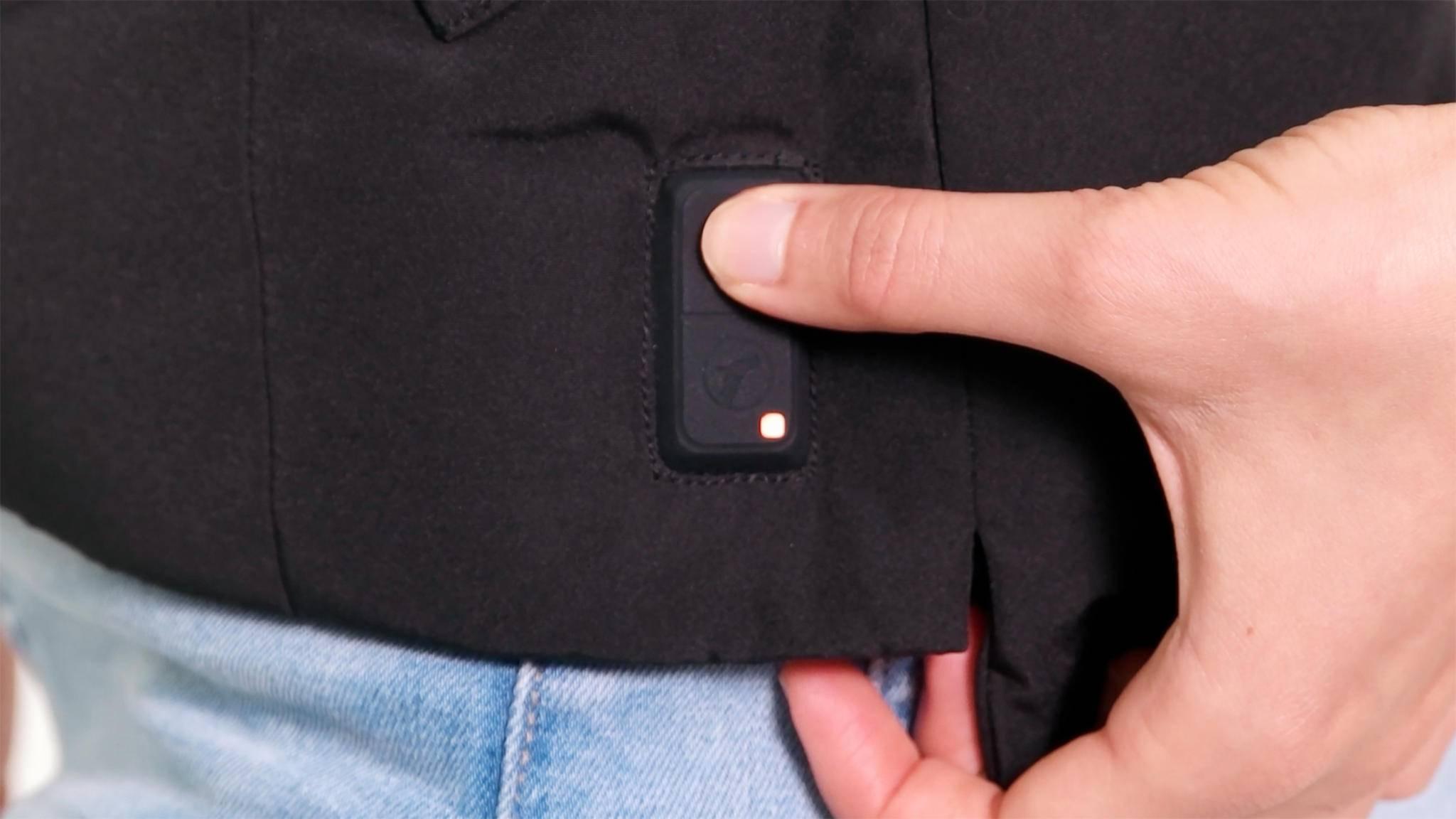 Ein Druck auf den LED-Button und die Jacken von Polar Seal werden aufgeheizt.