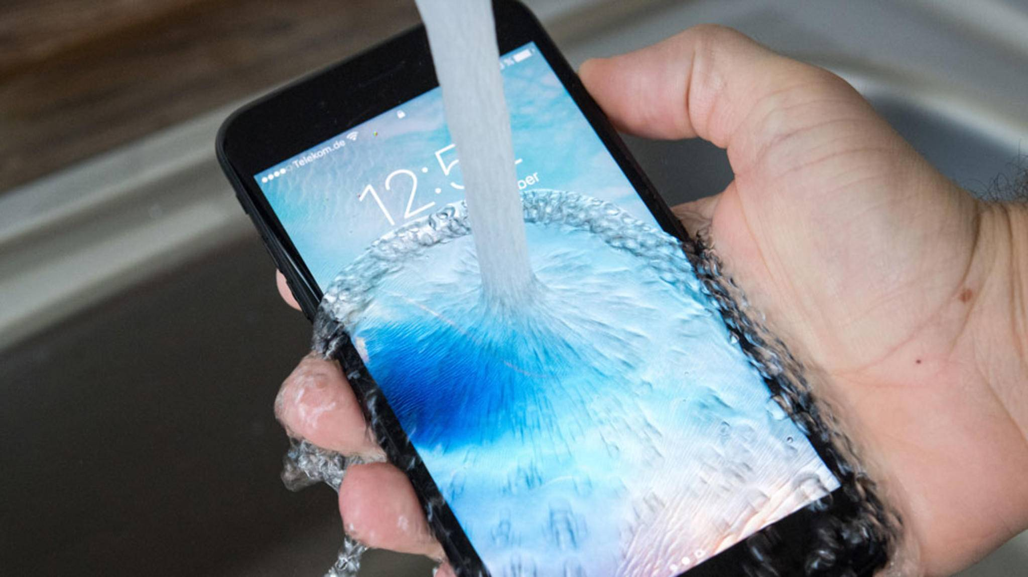 Etwas Wasser hält das iPhone 7 Plus in der Theorie locker aus, in der Praxis aber mitunter nicht immer.