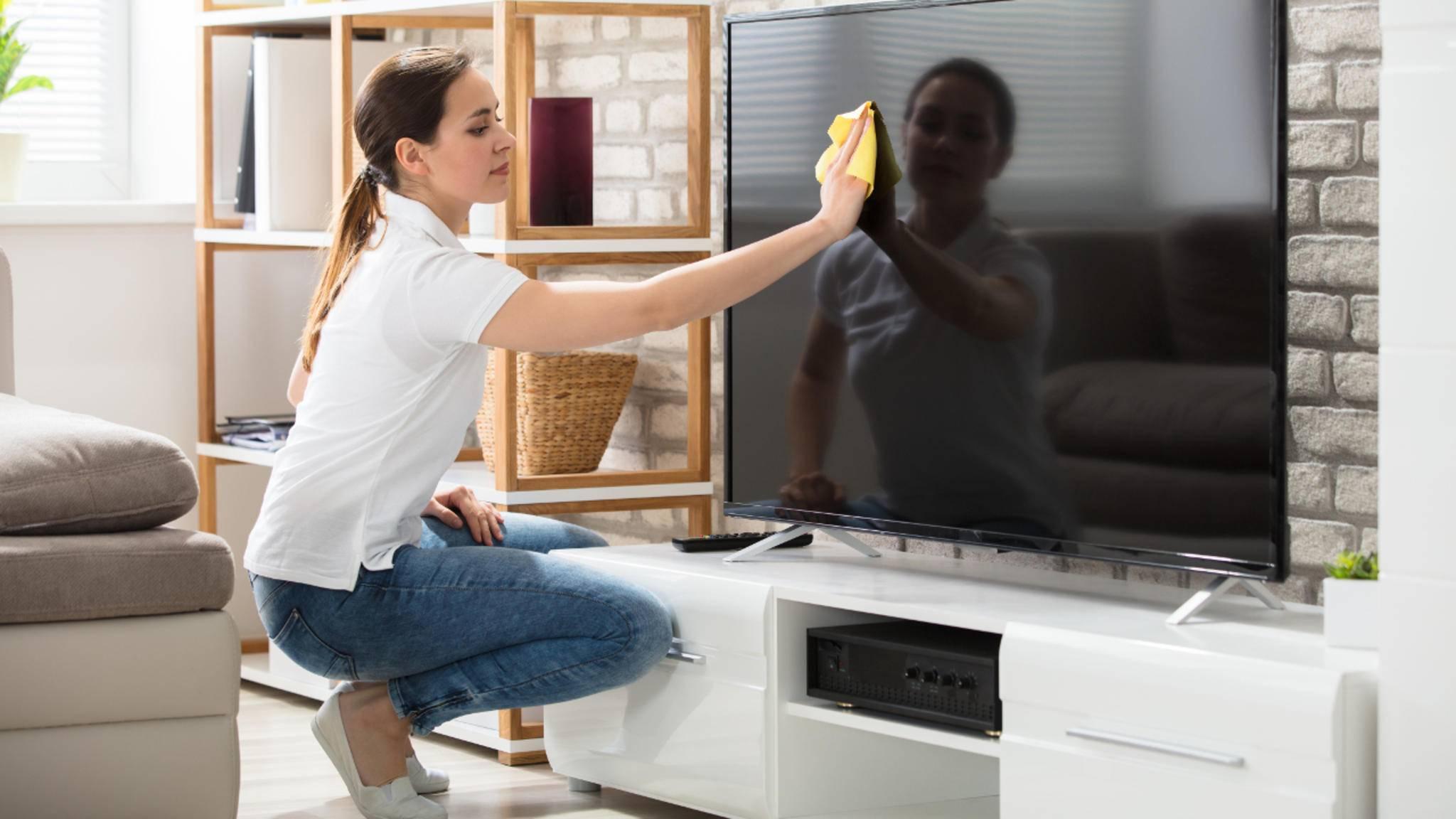 Auf dem ausgeschalteten Fernseher siehst Du Verschmutzungen besser.
