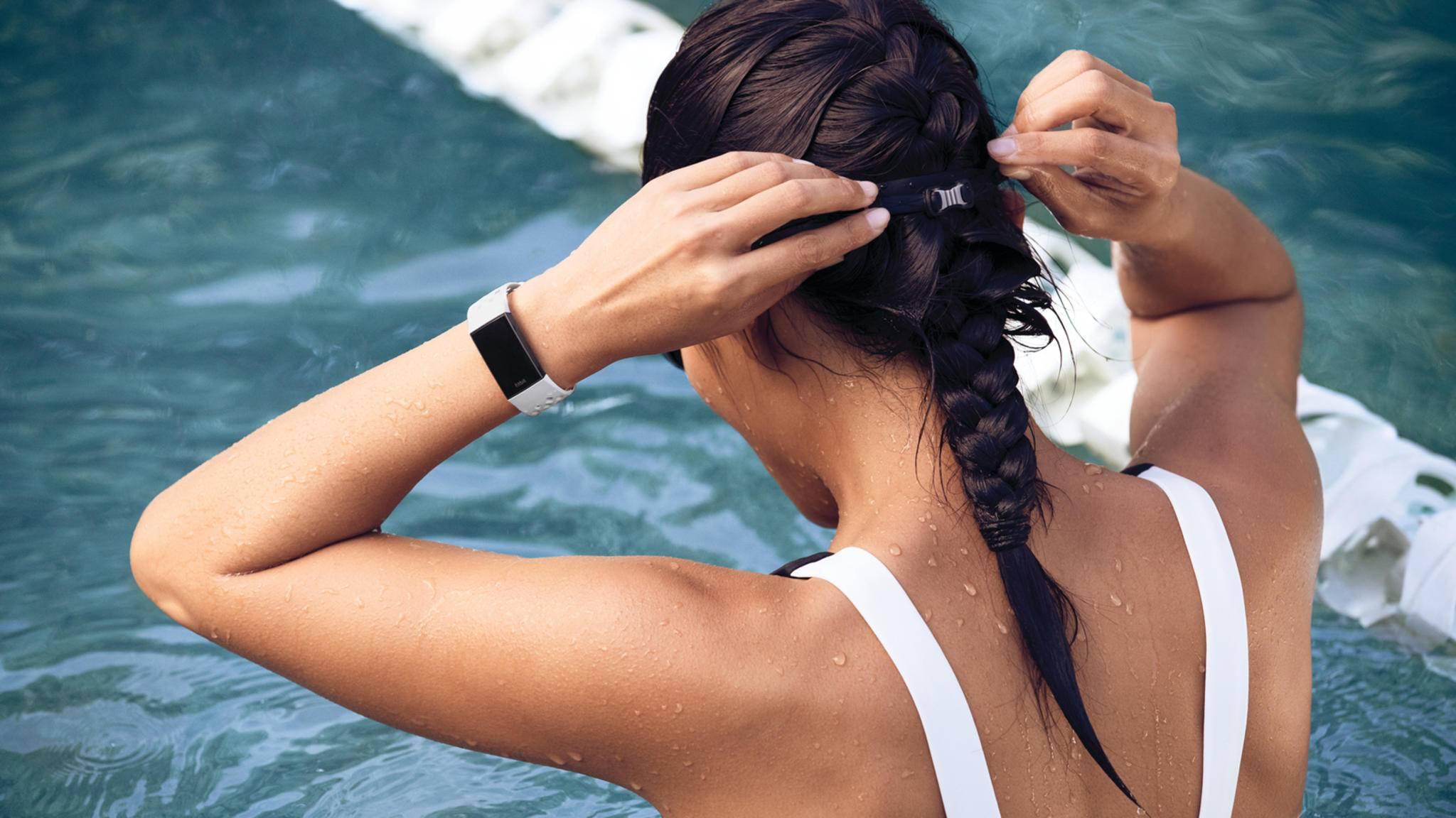 Ein Schwimmduell mit den Kollegen? Fitbit Care macht's möglich.