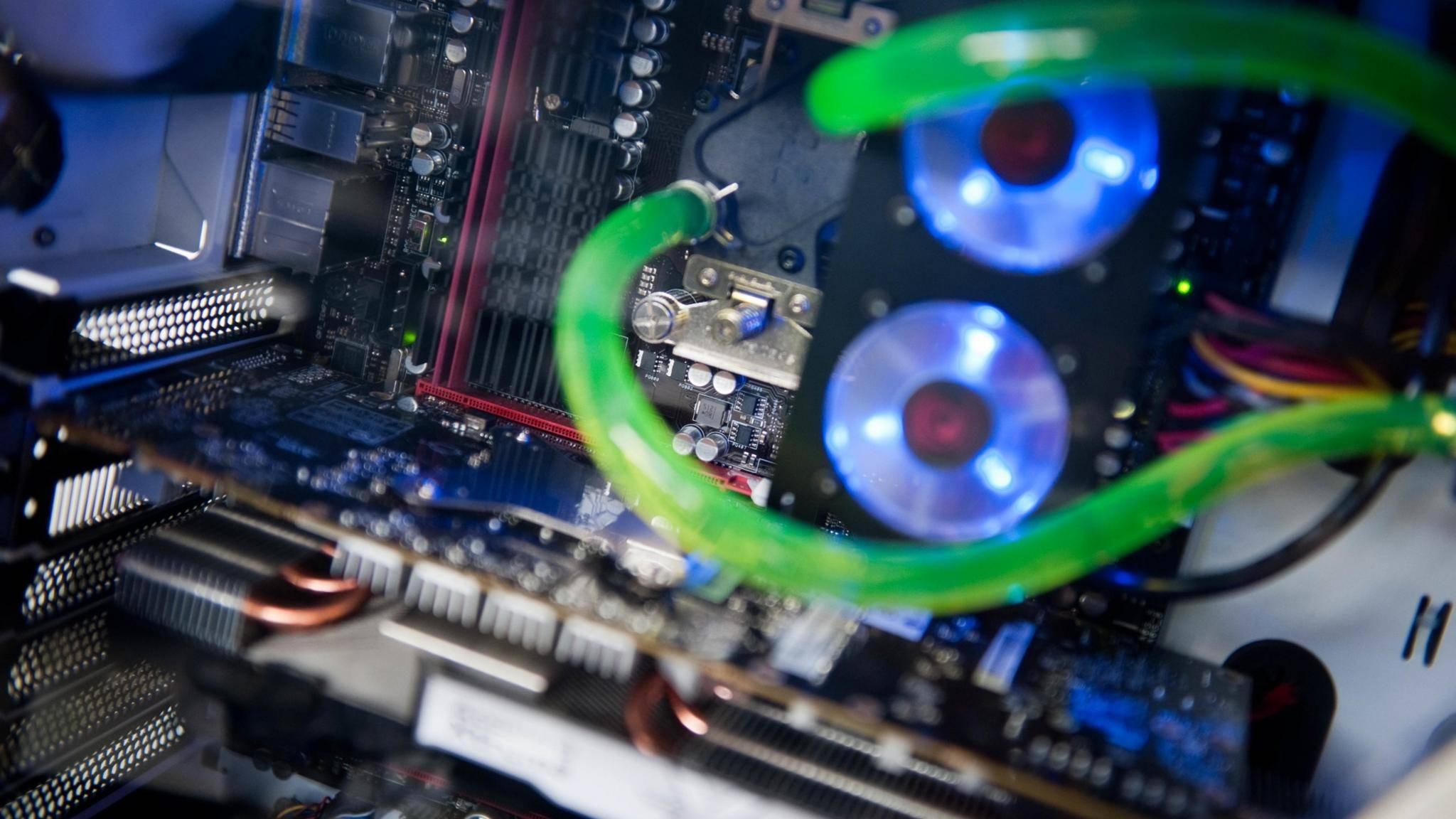 Das Innenleben eines PCs mit Wasserkühlung.
