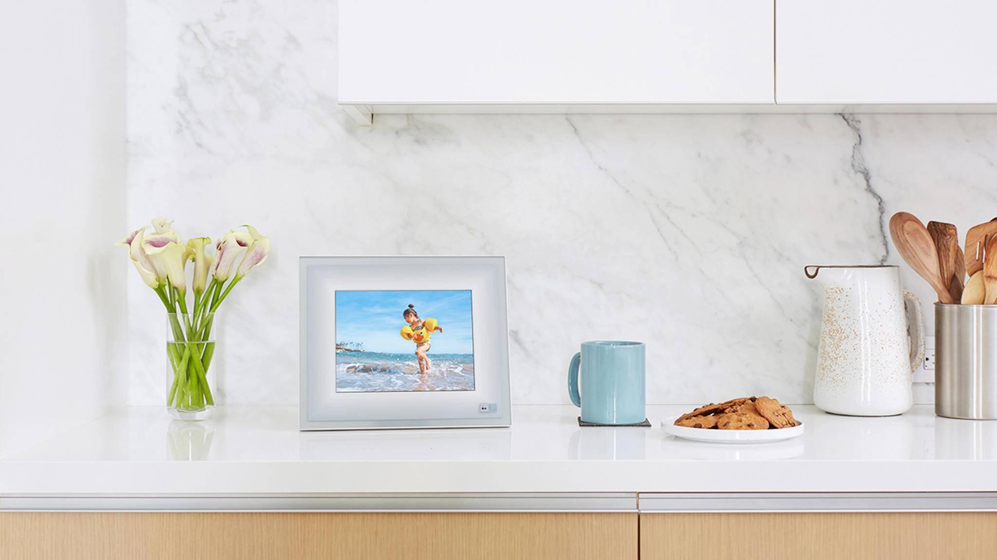 Der Aura Frame ist nur einer der smarten Bilderrahmen, die das Zuhause verschönern kann.