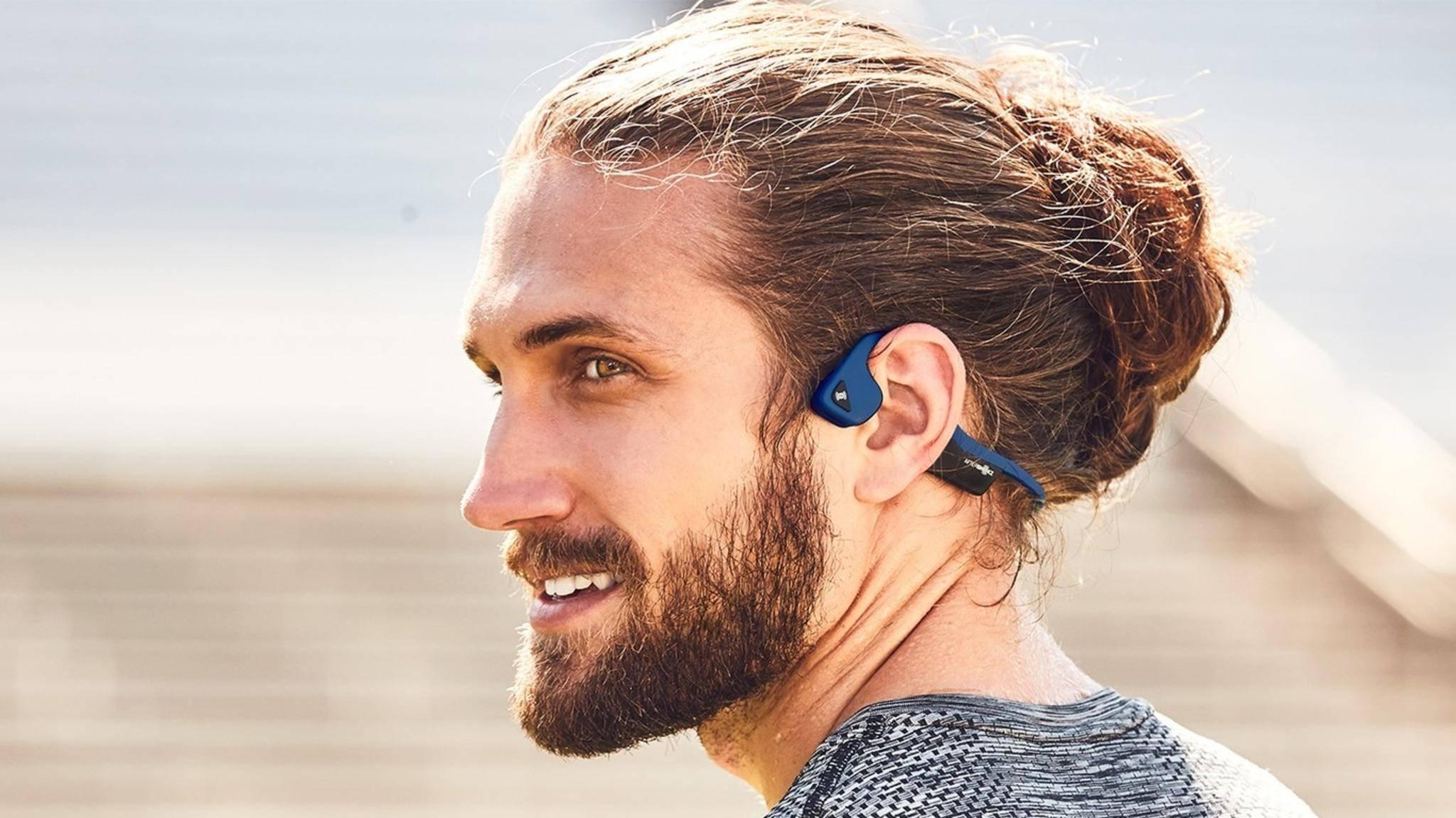 Knochenschall-Kopfhörer wie die AfterShocks Trakz Air übertragen Schall durch die Schädelknochen.