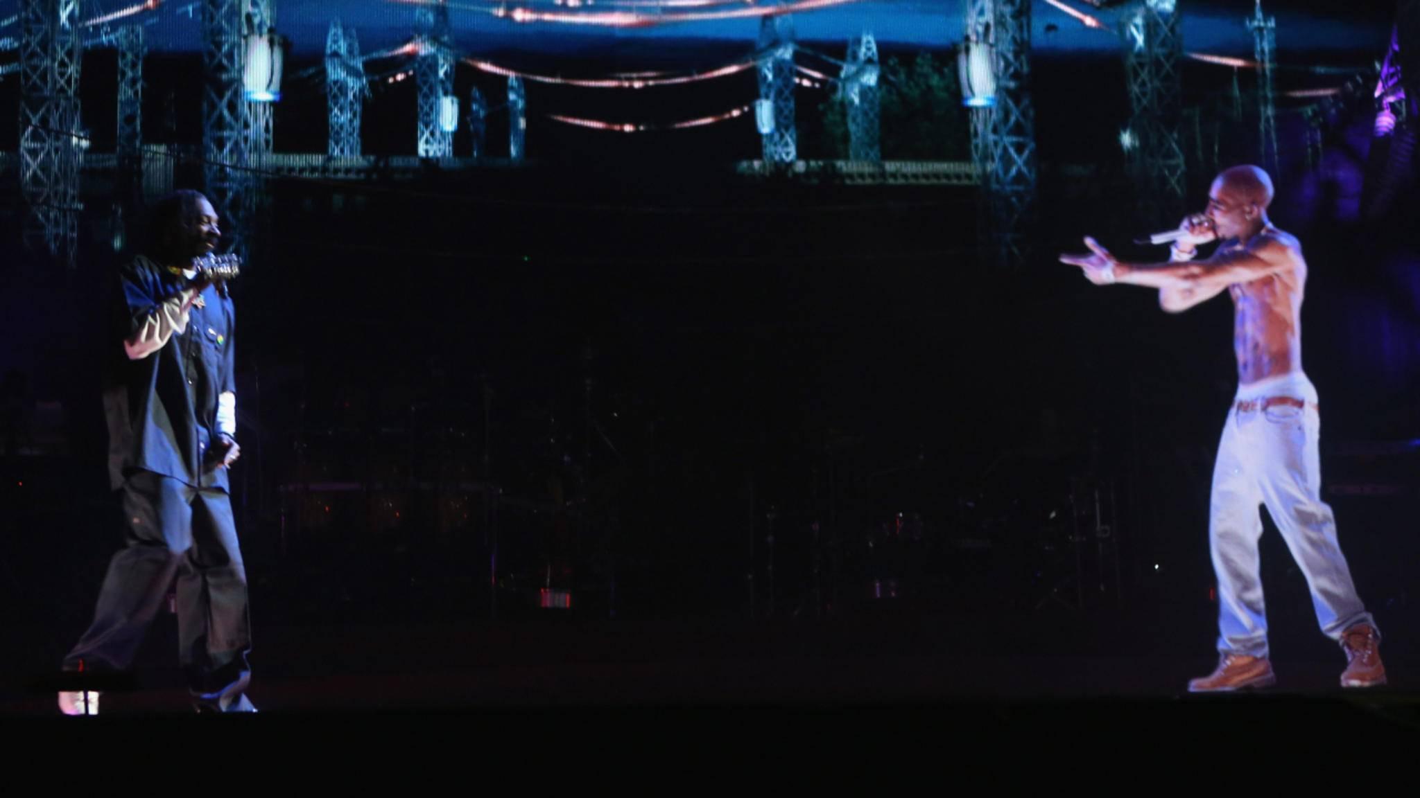 Snoop Dogg performt mit einem Hologramm des verstorbenen Tupac Shakur.