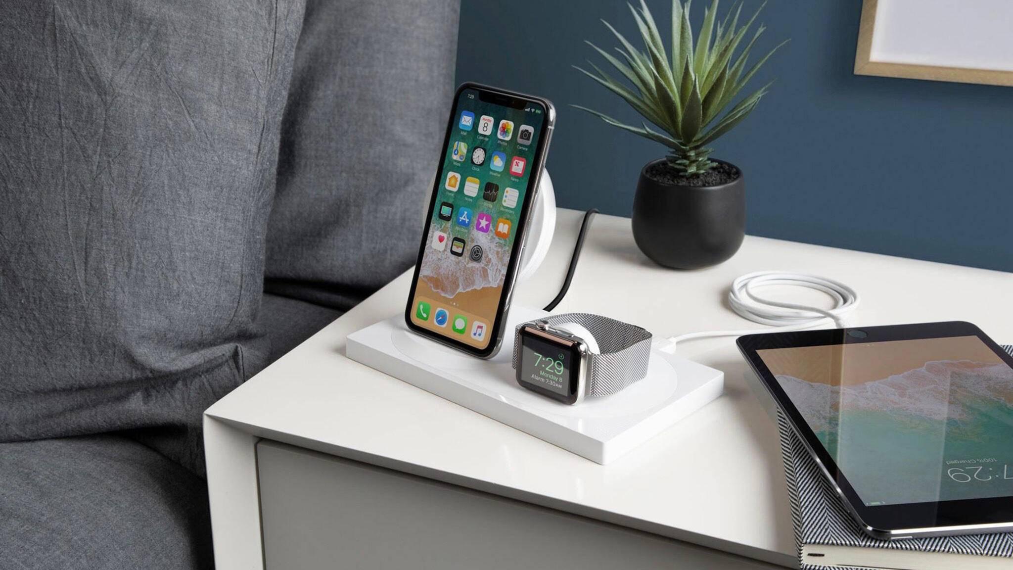 Kann gleichzeitig ein iPhone und eine Apple Watch kabellos laden: der neue Wireless Charger von Belkin.