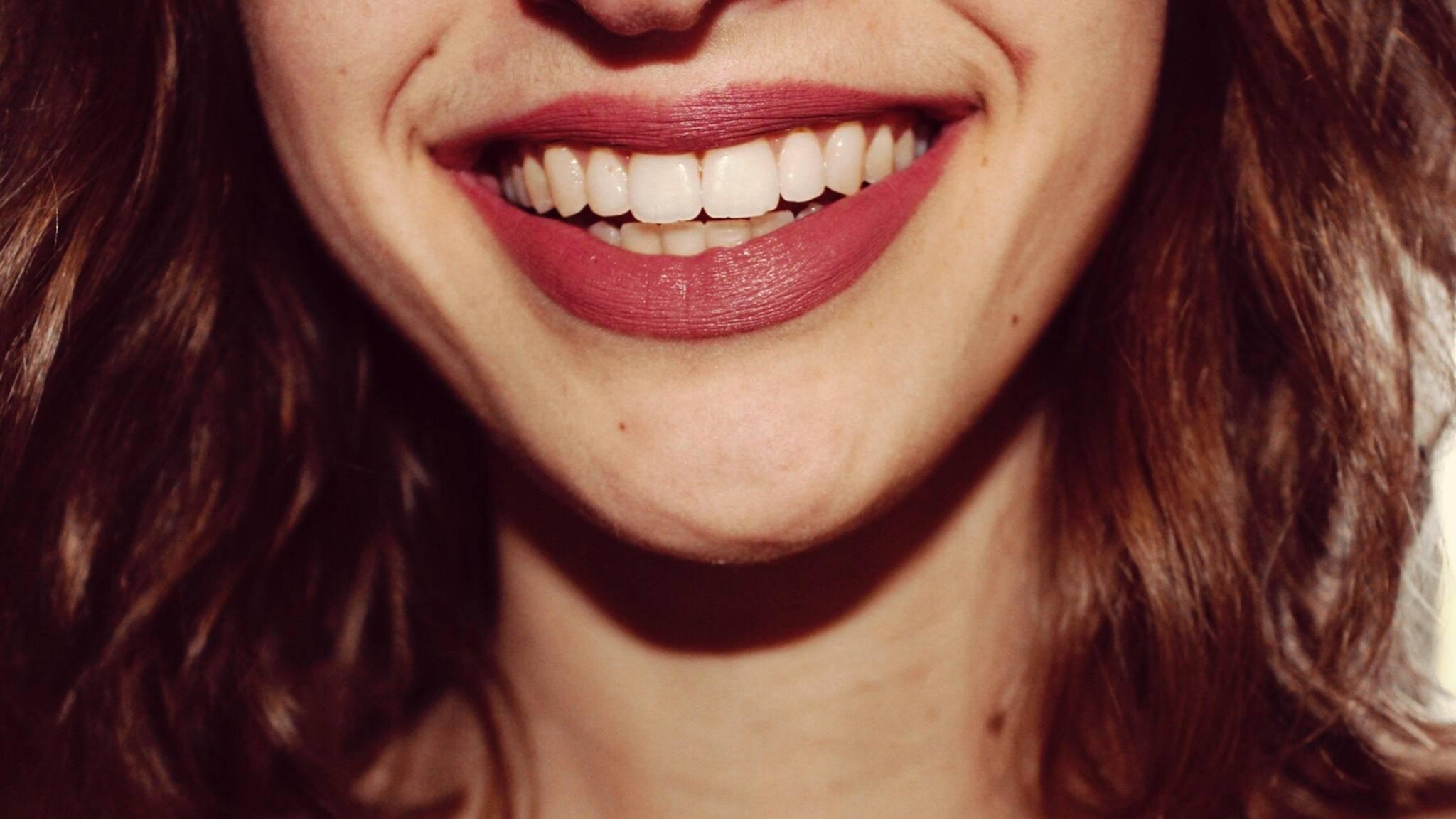 Damit einem das strahlende Lächeln erhalten bleibt, ist ein jährlicher Zahnarztbesuch angeraten.