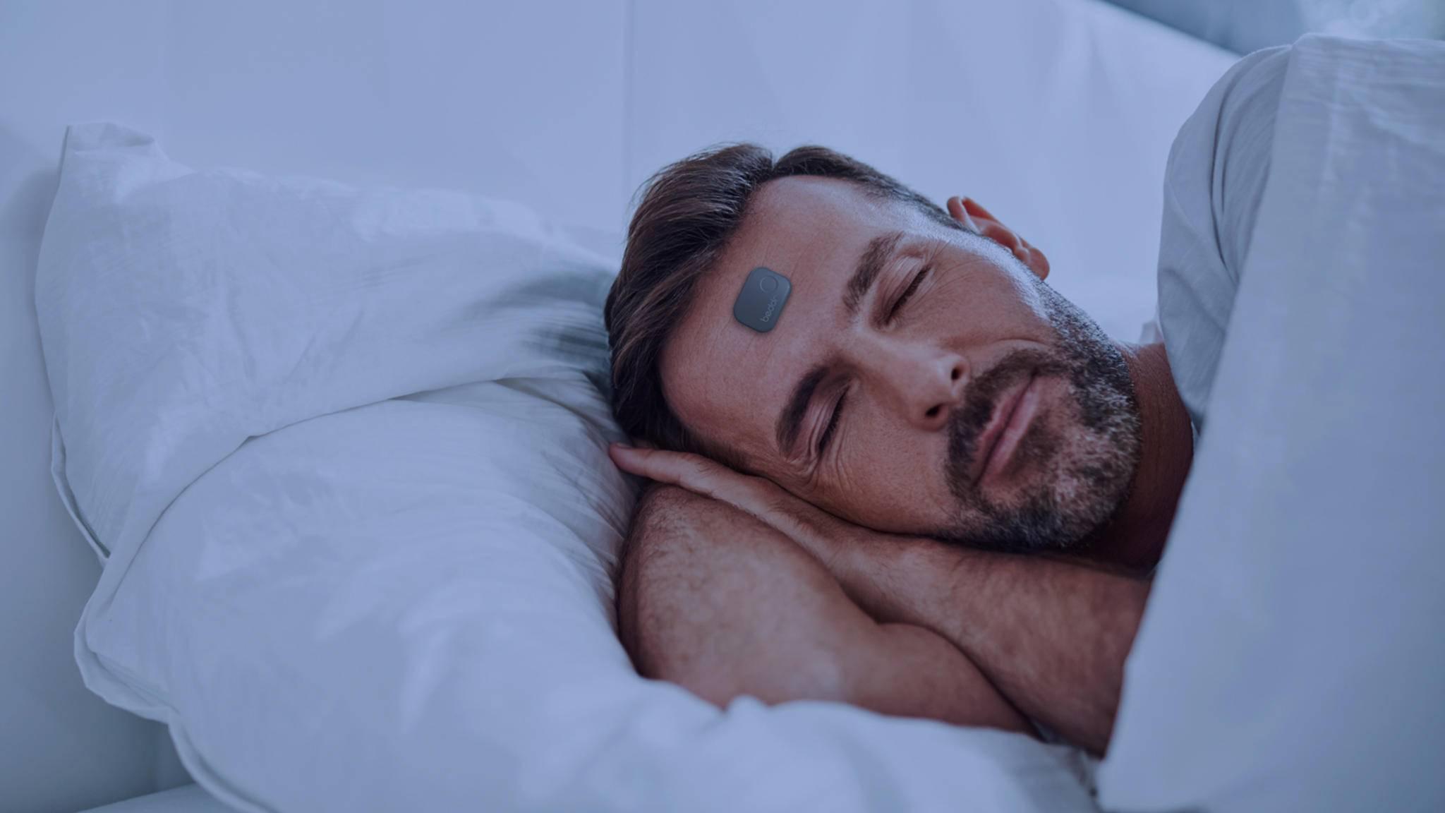 Beddr trackt den Schlaf direkt von der Stirn aus.